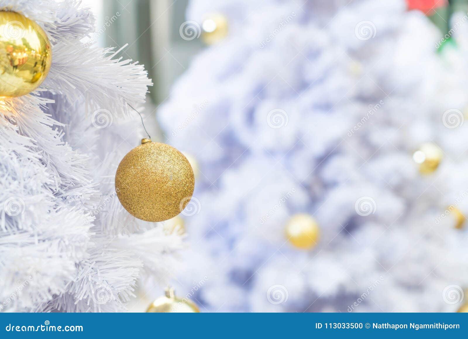 Decoración de la bola de la Navidad en el árbol de navidad