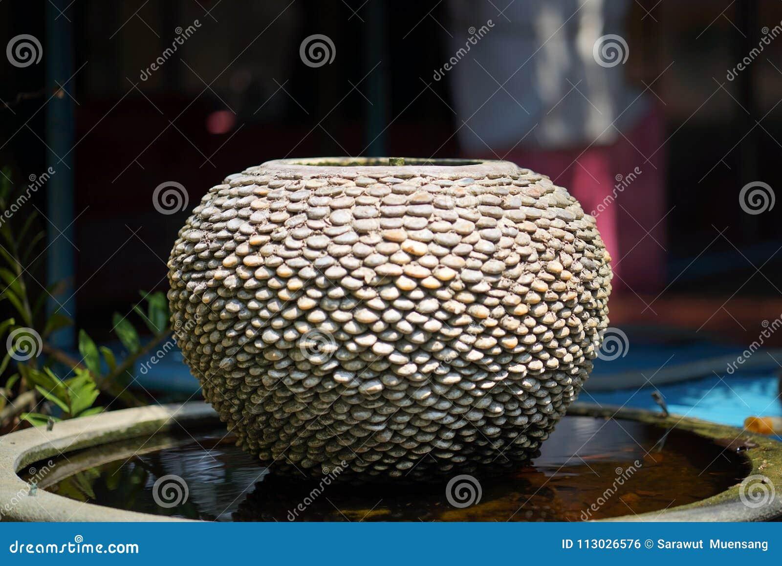 Decoración de la fuente del tarro en el jardín verde
