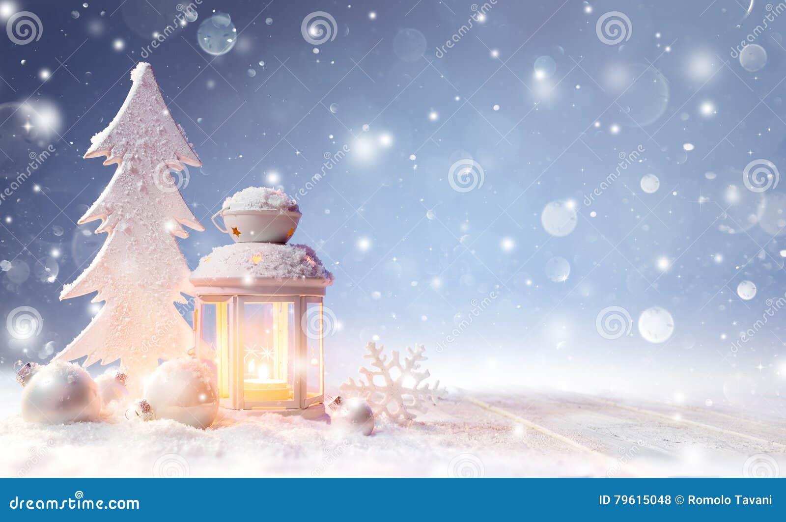 Decoración de la Navidad blanca con la linterna en la tabla Nevado