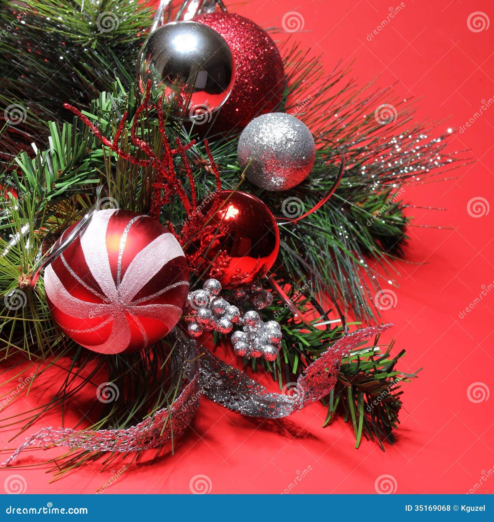 Decoraci n de la navidad bolas rojas y de plata en rama for Arbol de navidad con bolas rojas