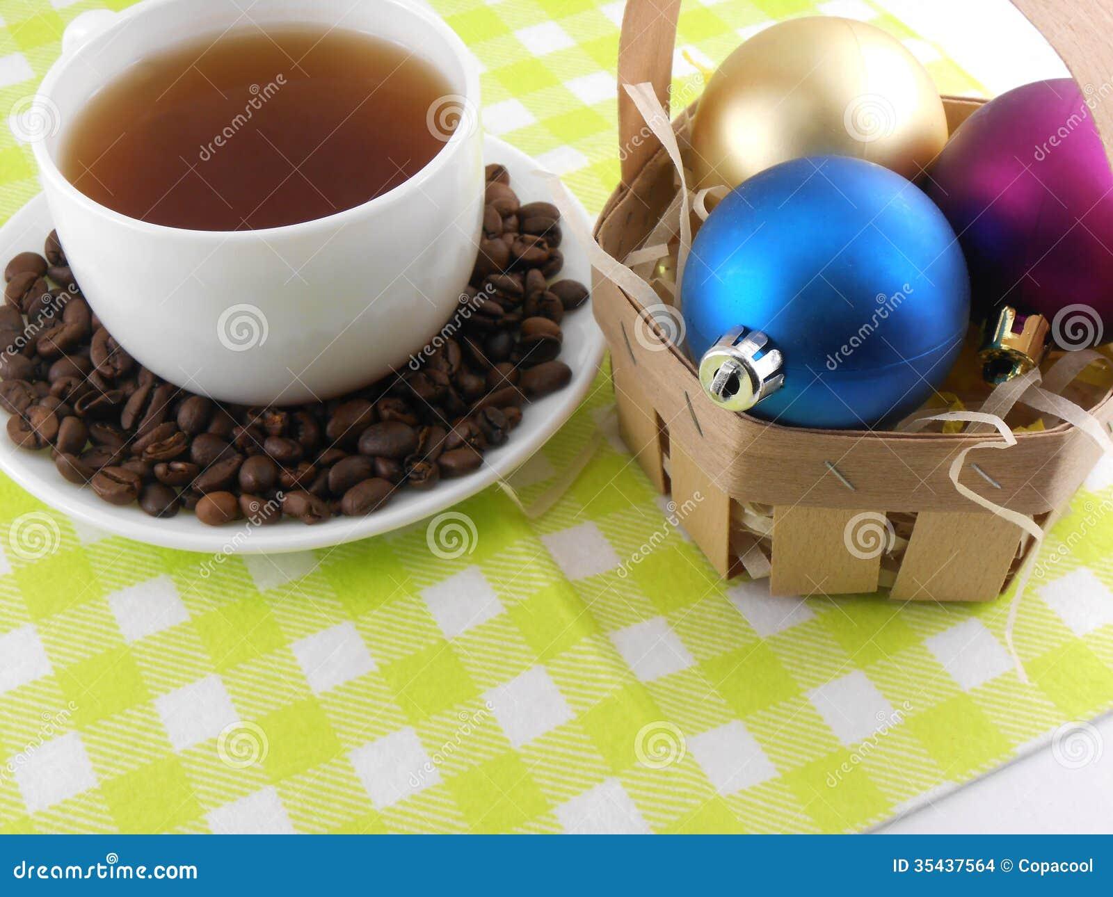 Decoraci n de la navidad con la taza de caf y de granos for Decoracion con tazas de cafe