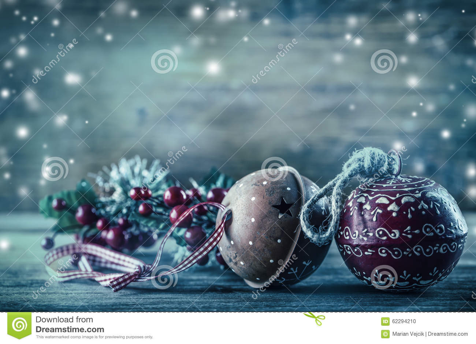 Decoración de la Navidad de las ramas del pino de Jingle Bells en la atmósfera de la nieve