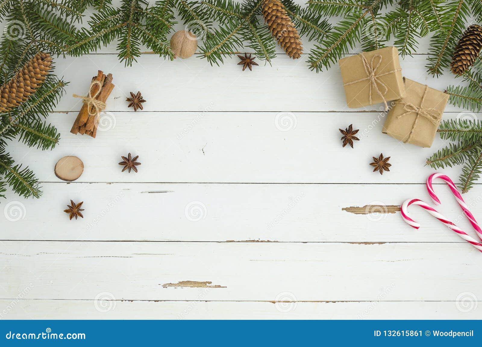 Decoración de la Navidad del marco del Año Nuevo en el fondo de madera blanco del tablón Endecha plana, visión superior Árbol de
