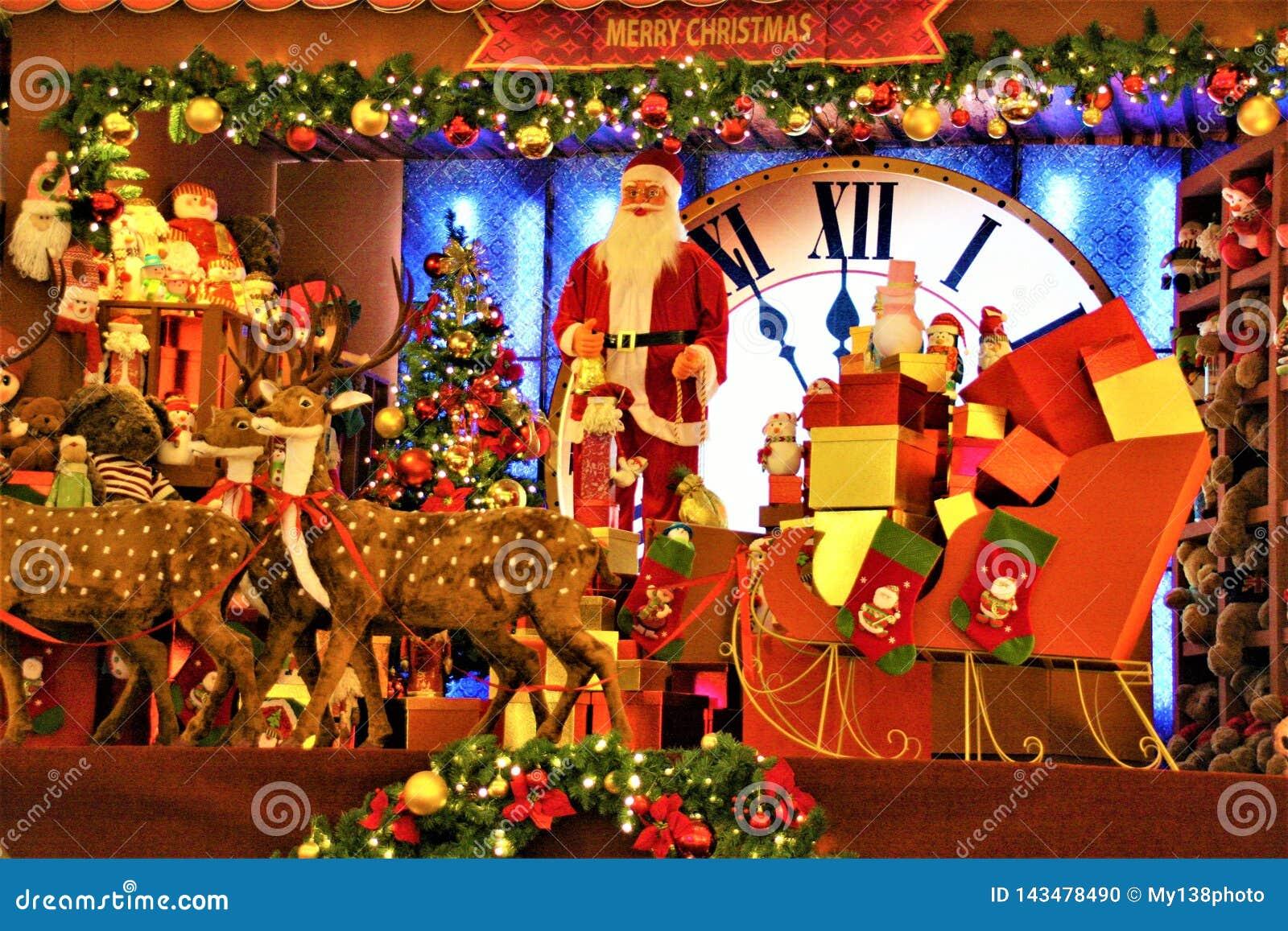 Decoración de la Navidad en el centro comercial Santa Claus y el reno
