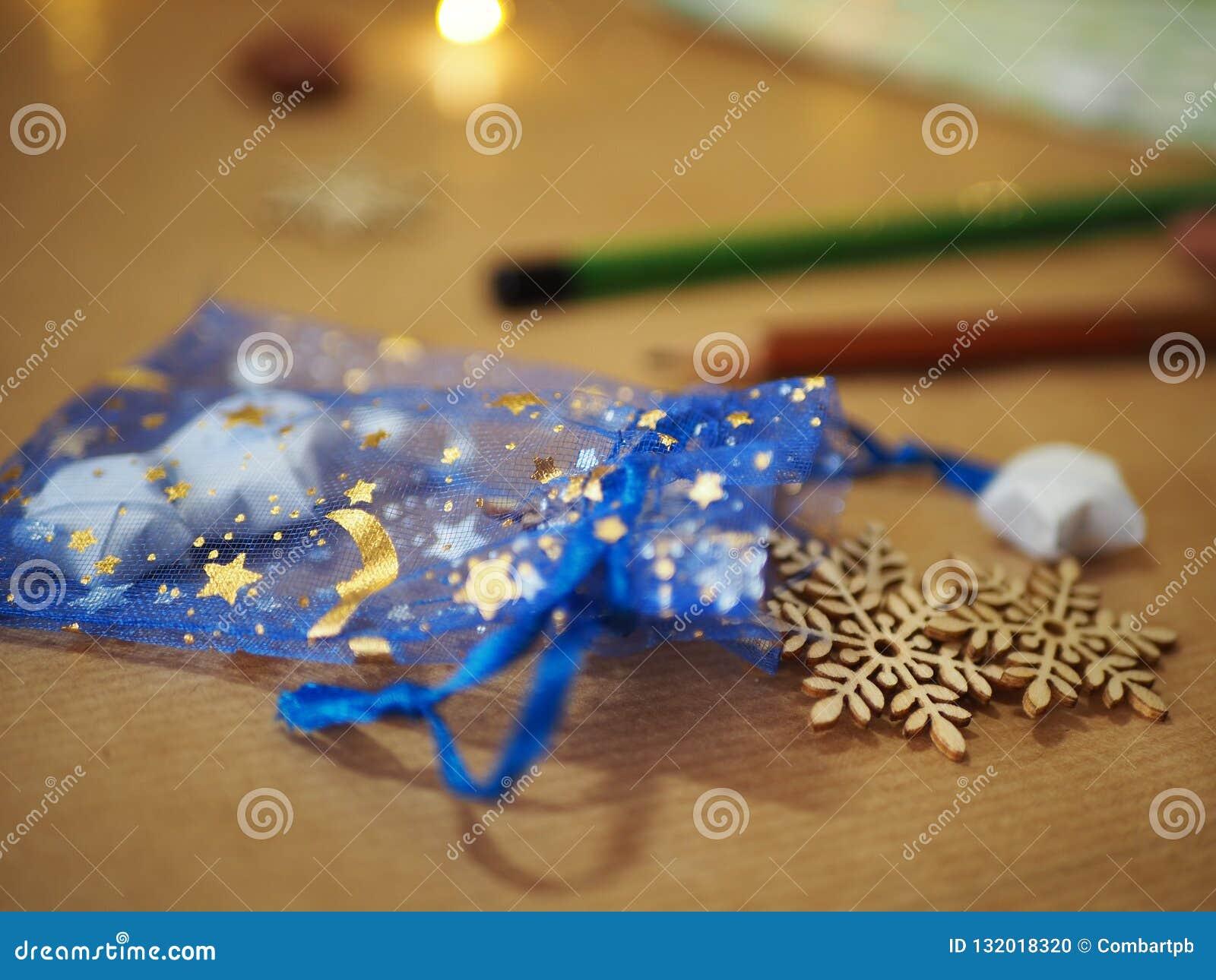 Decoración de la Navidad en fondo, la luna y las estrellas de madera en un fondo azul