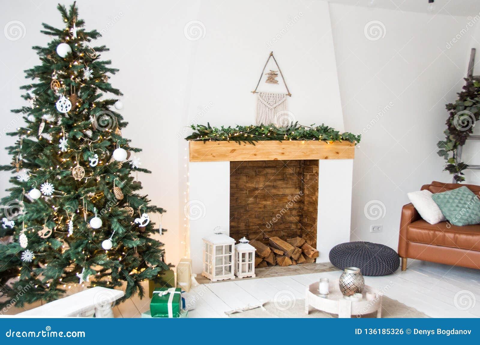 Decoración De La Navidad Para La Sala De Estar Blanca Con La
