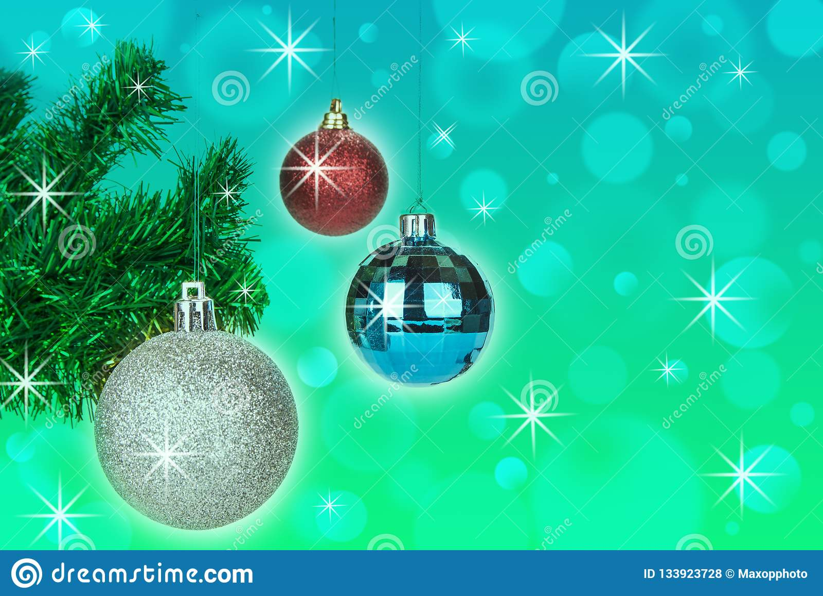 Decoración de las bolas de la Navidad en fondo abstracto del bokeh