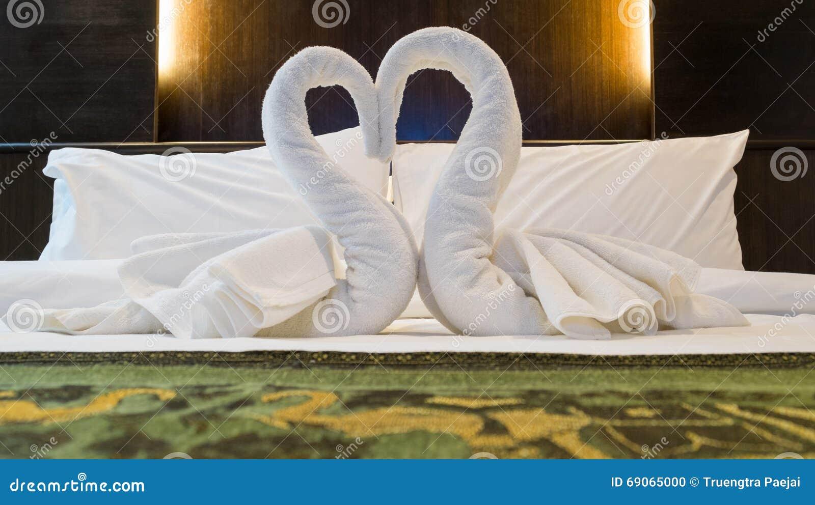Decoracion De Las Toallas En Hotel Del Sitio De La Cama Foto De - Decoracion-con-toallas