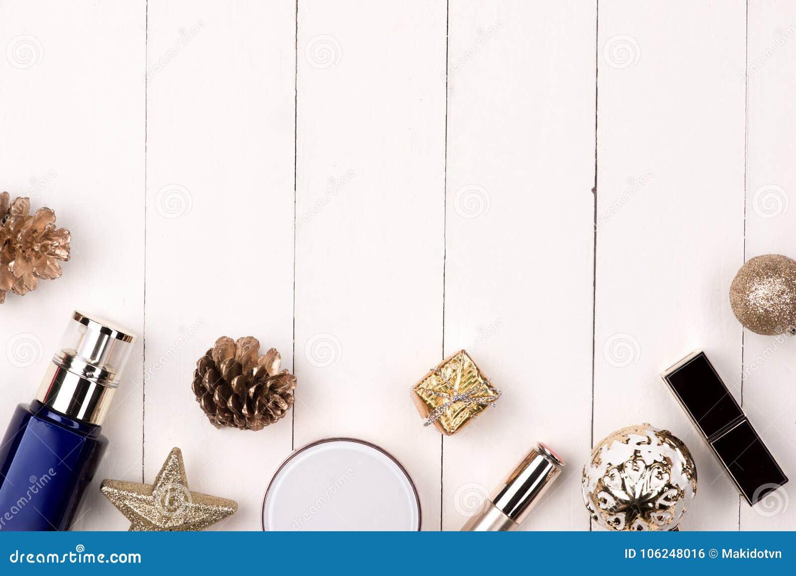 Decoración de las vacaciones de invierno con el regalo de los cosméticos de las mujeres Nueva y feliz