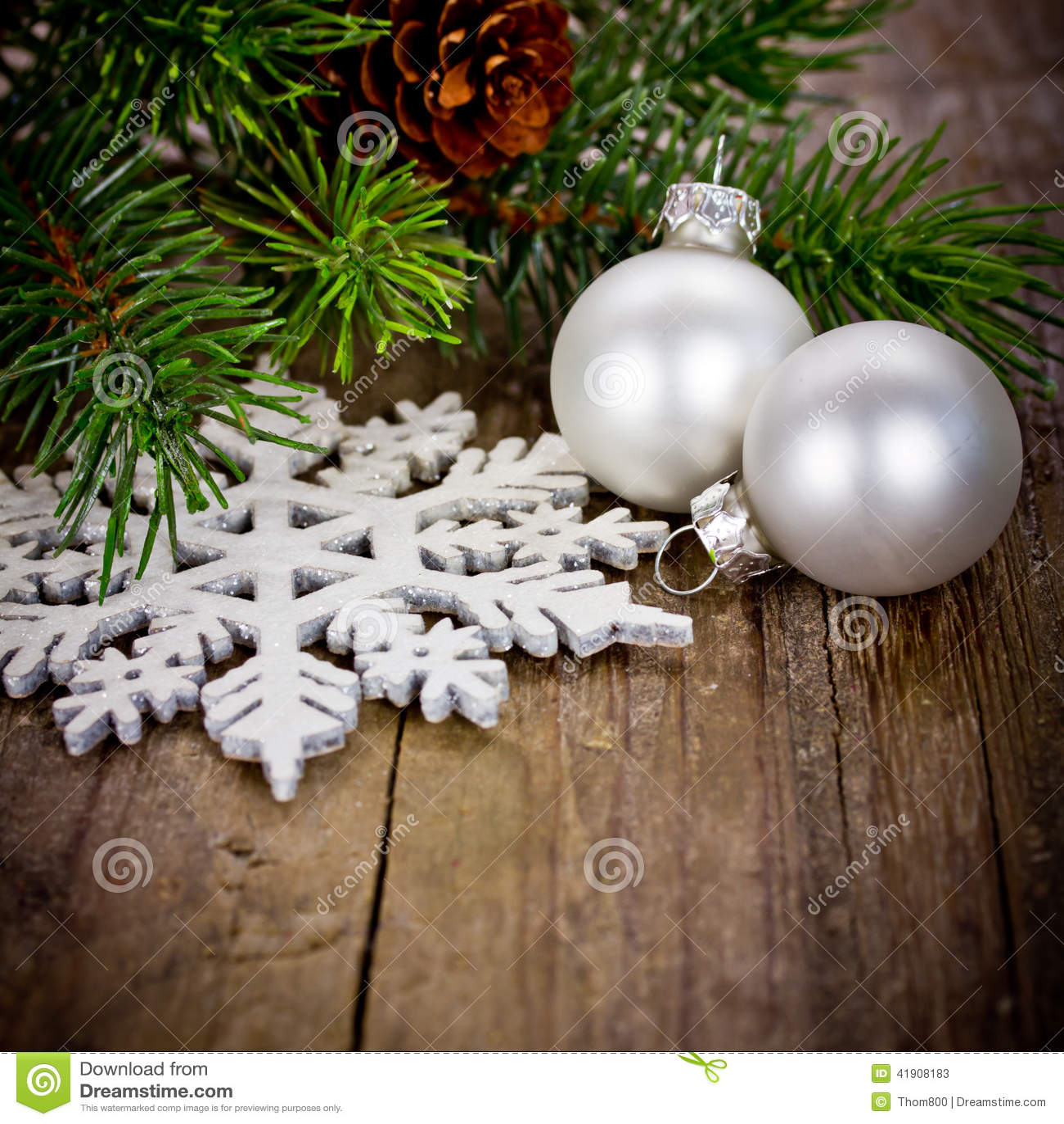 Decoración de Navidad con las bolas blancas