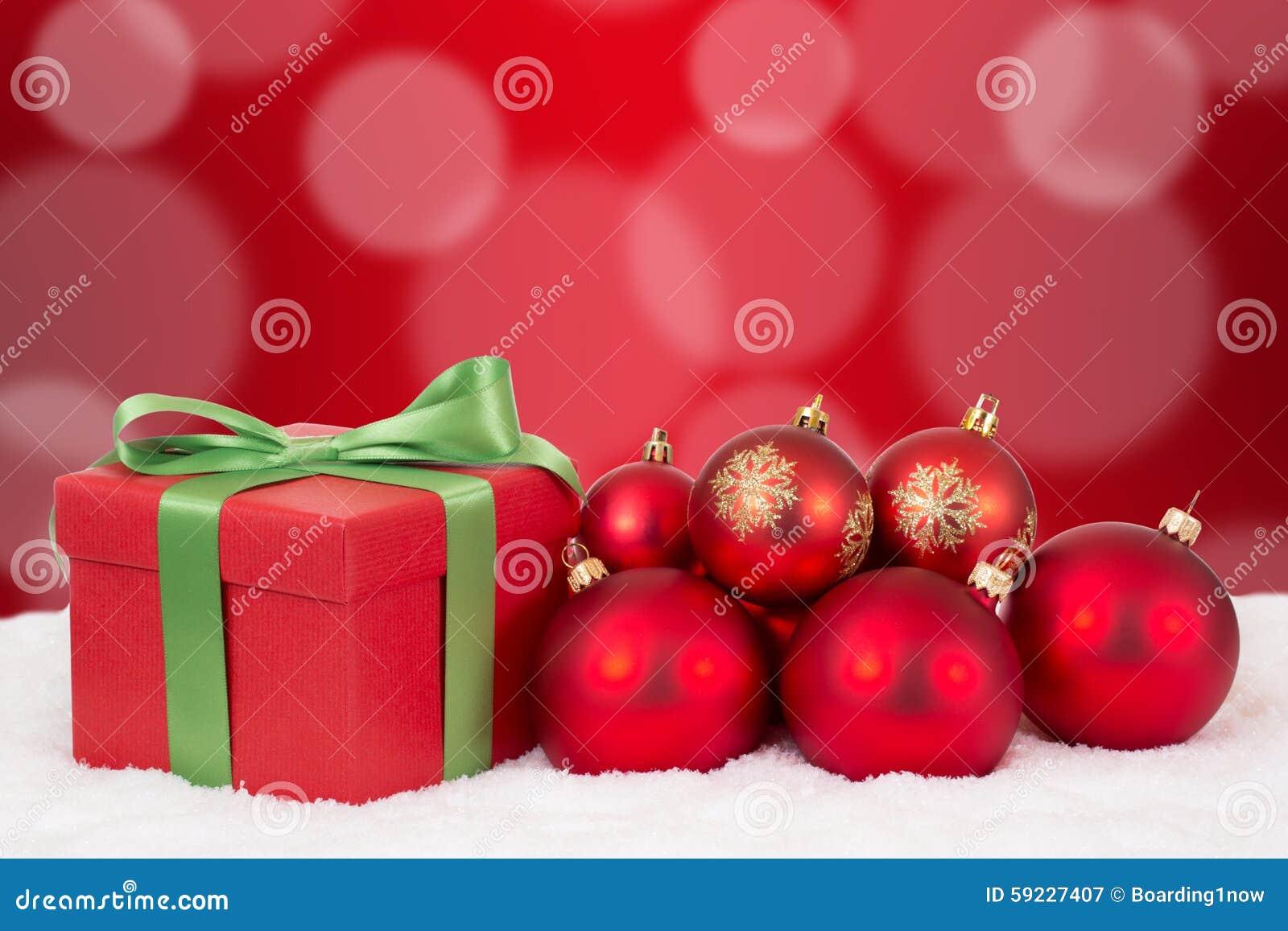 Decoración del regalo de la tarjeta de Navidad con las bolas rojas