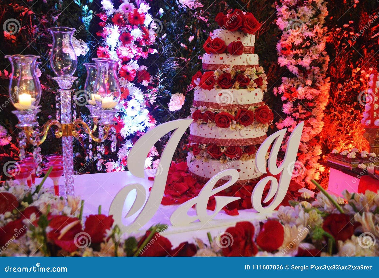 Decoracion En Boda Natural De La Torta De Las Flores Foto De Archivo
