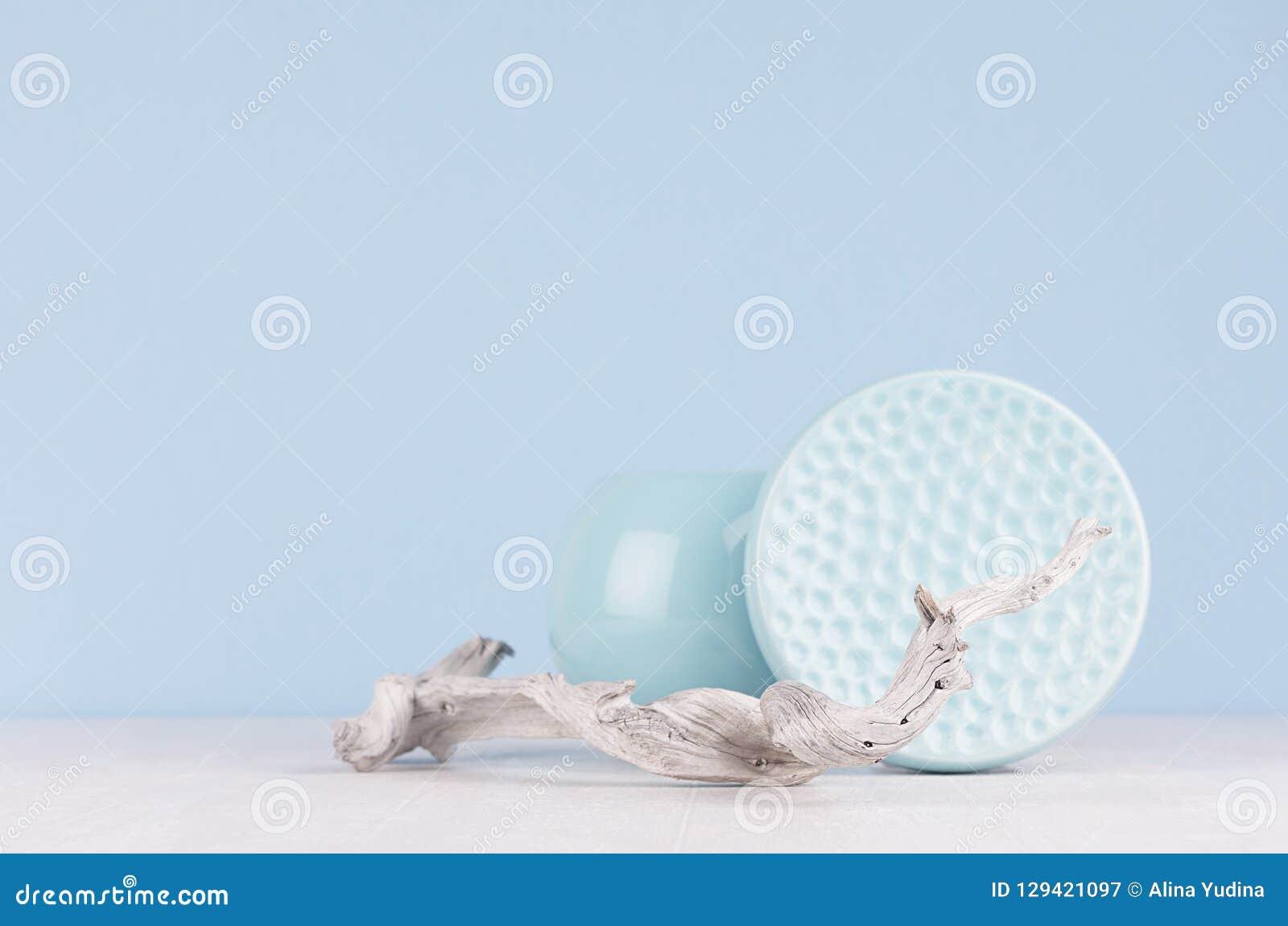 Decoración en estilo japonés elegante moderno - florero de cerámica azul suave ligero, cuenco y vieja rama lamentable del hogar d