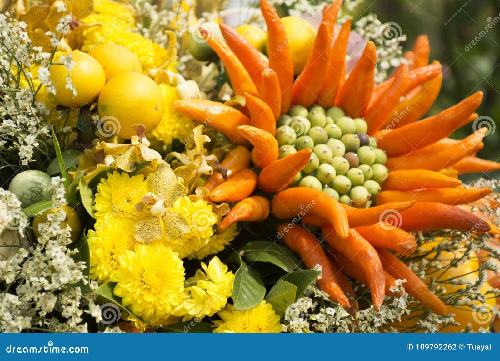 Decoración Hecha De Las Frutas Y Verduras Y De Las Flores