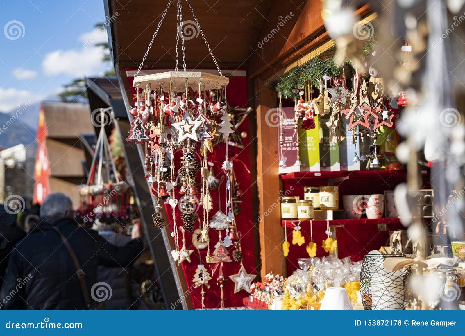 Decoración hecha a mano de la Navidad hecha fuera de los materiales naturales en t