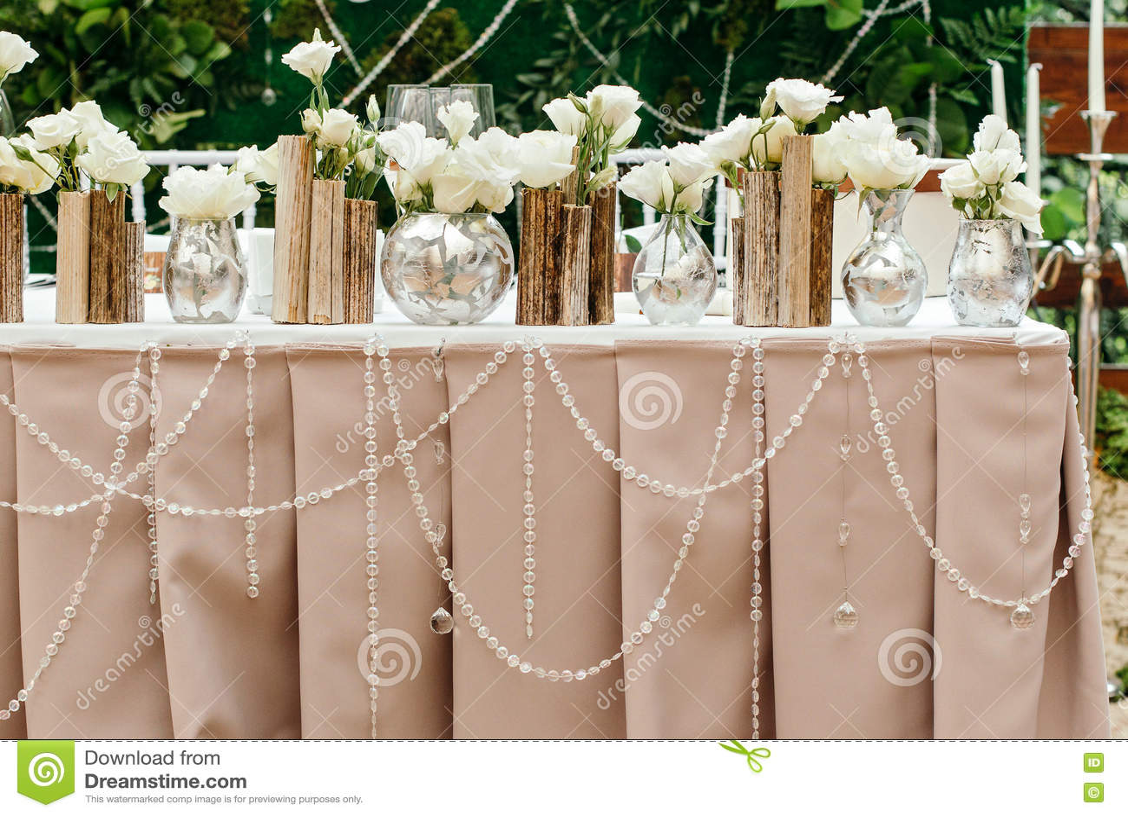 Decoración hermosa en la boda Las flores en el fondo de los tableros