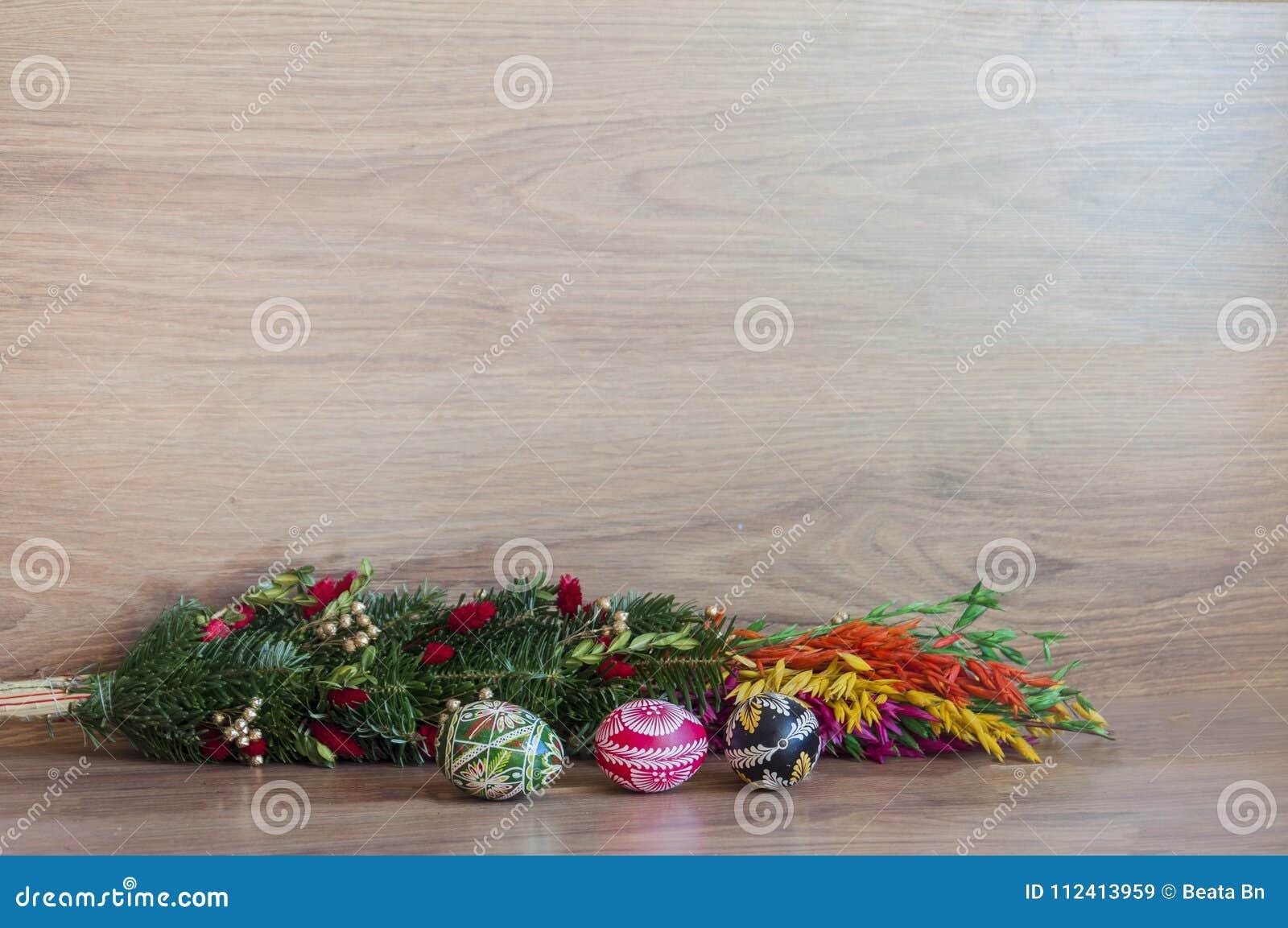Decoración - huevos del color de Pascua con la palma