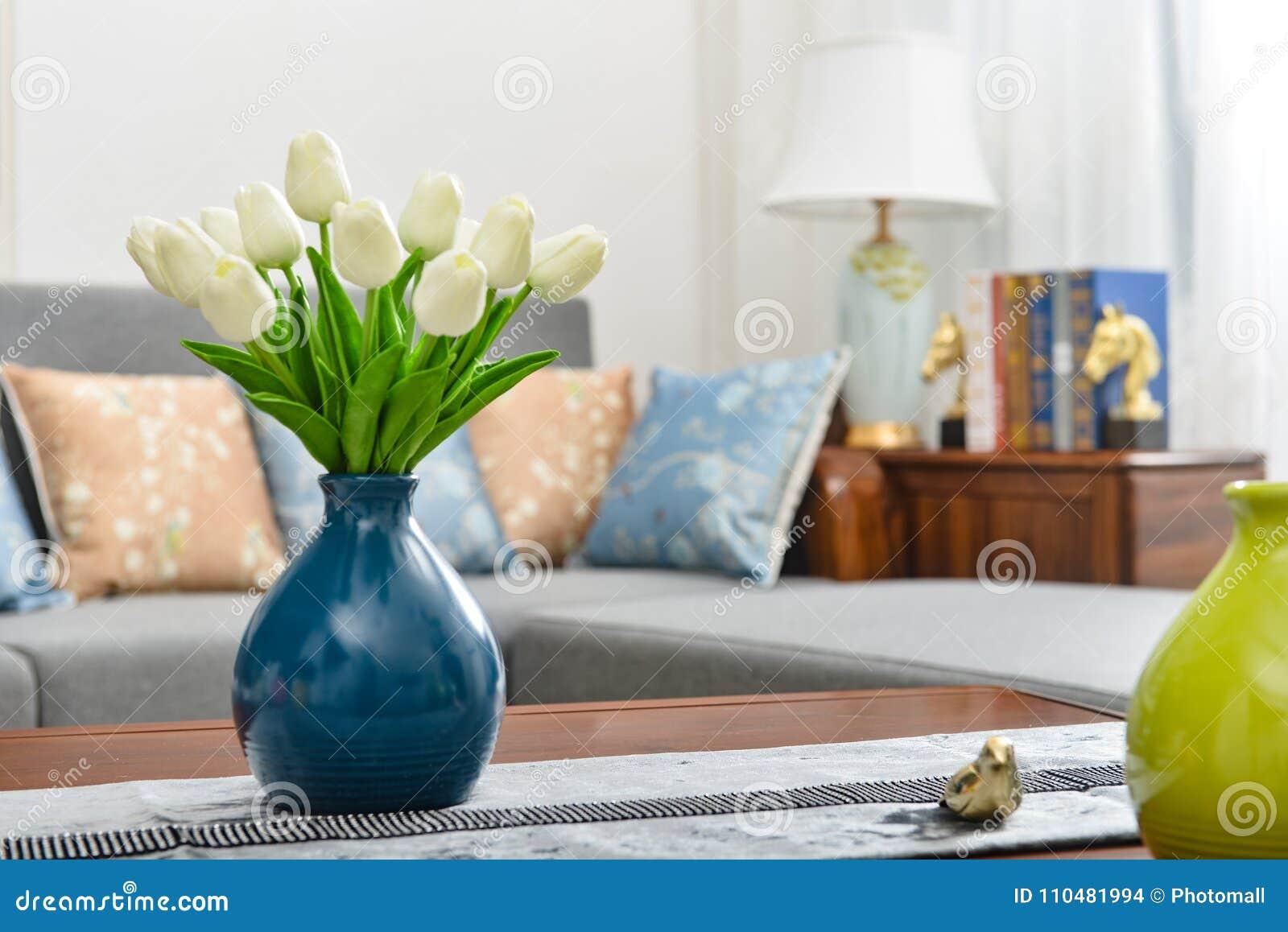 Decoración interior casera, ramo del tulipán en florero