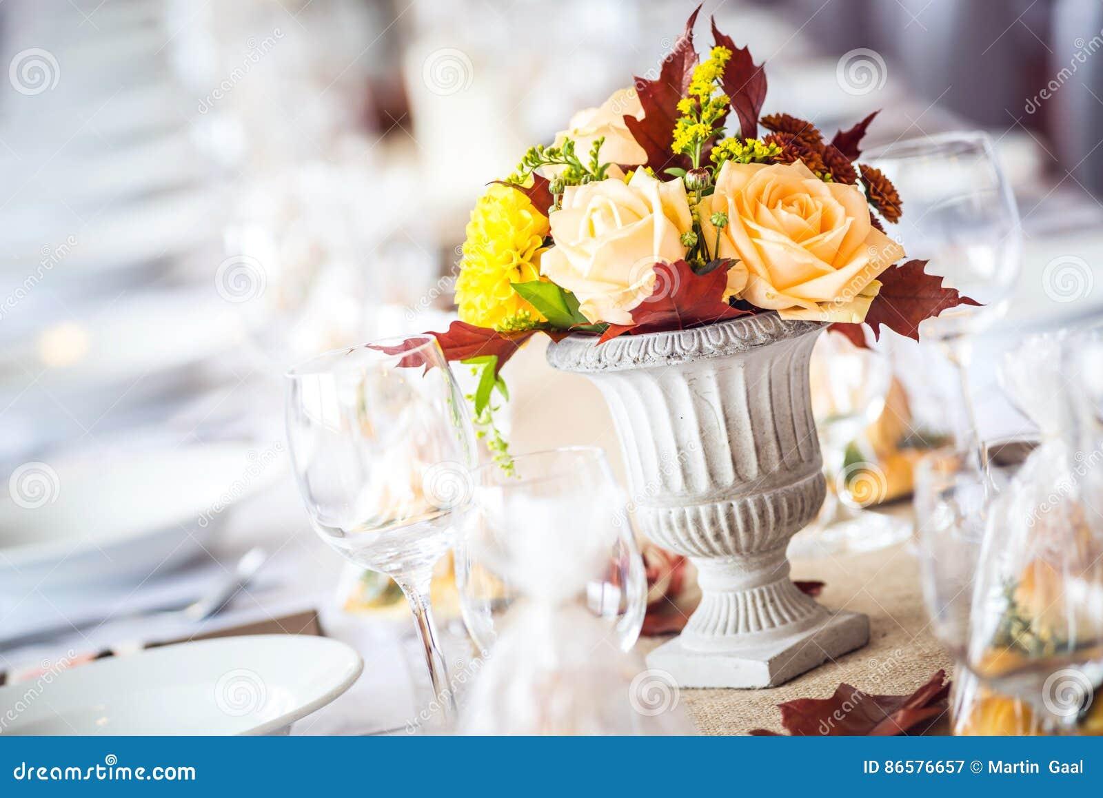 Decoración interior de la tabla del restaurante hermoso para casarse o el evento Colores del otoño de la decoración de la tabla d