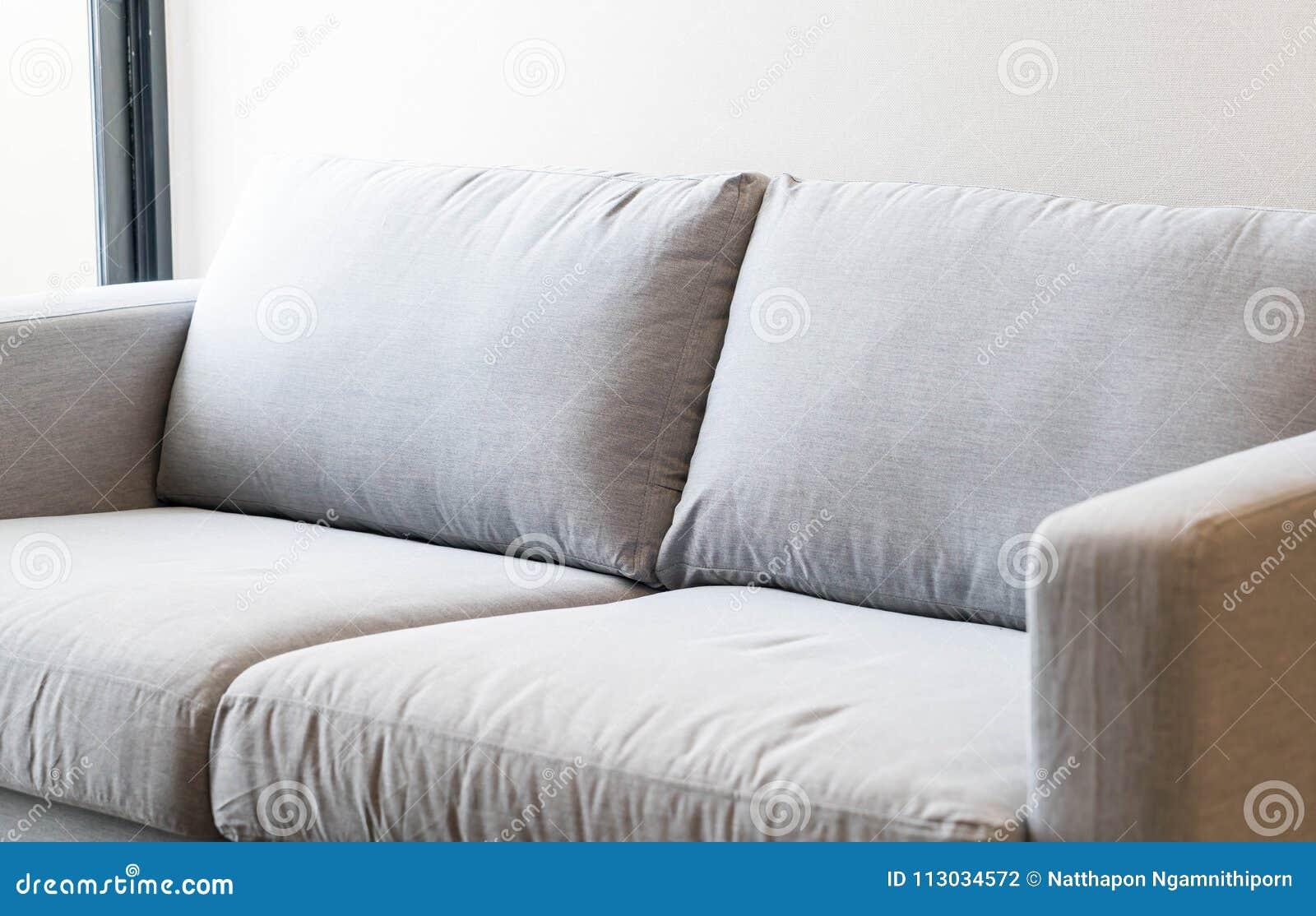 Decoración interior del sofá vacío en sitio