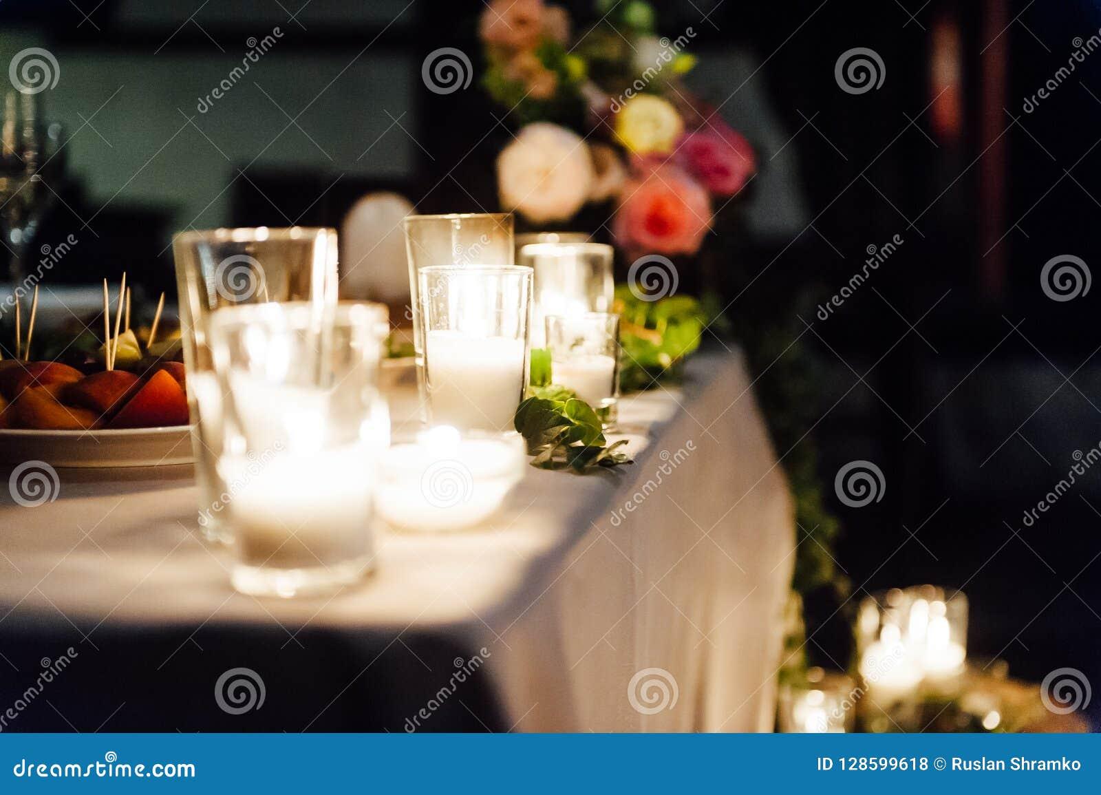 Decoración que se casa rústica en un fondo de la madera Ajuste de la tabla principal para los recienes casados de novia y del nov
