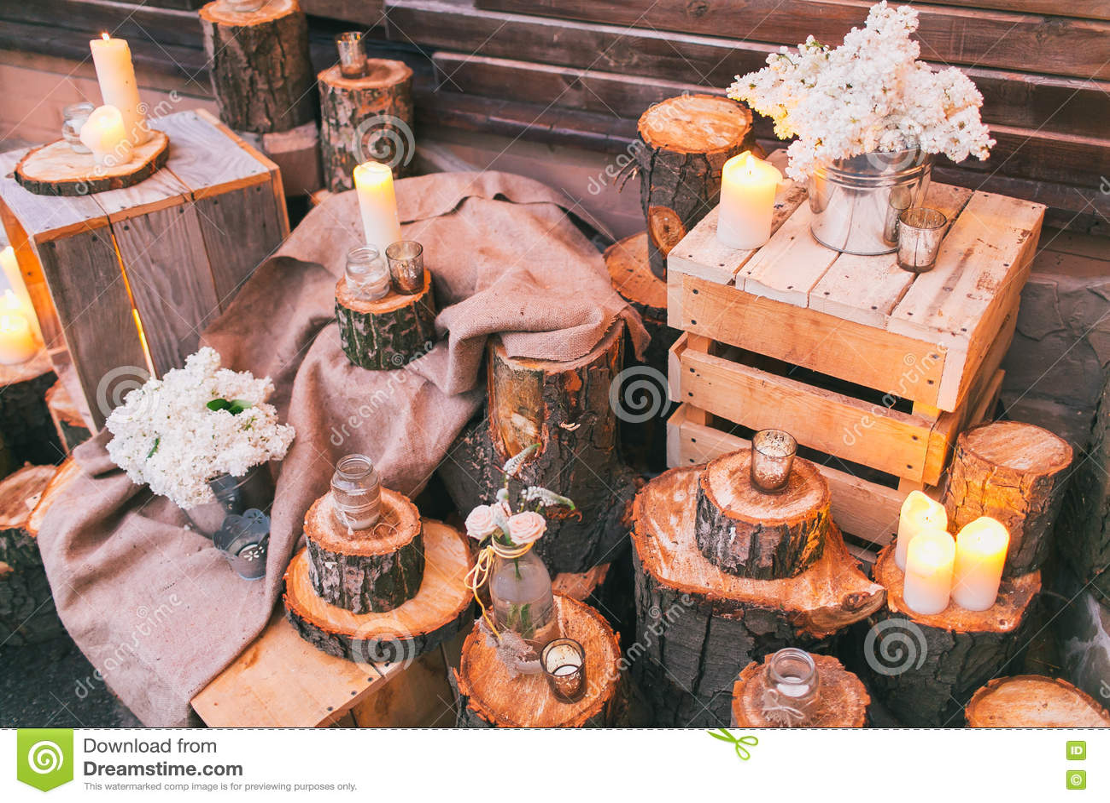 Decoración rústica de la boda, tocones adornados y cajas con arra de la lila