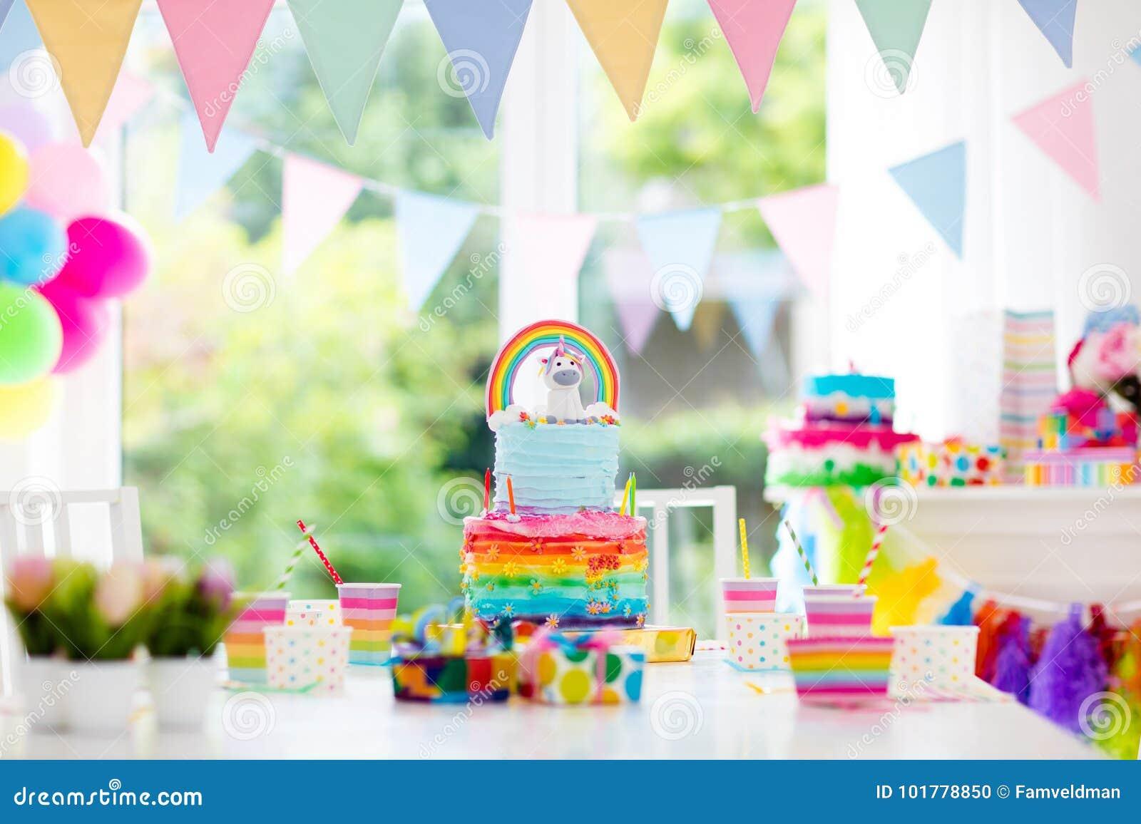 Decoración y torta de la fiesta de cumpleaños de los niños