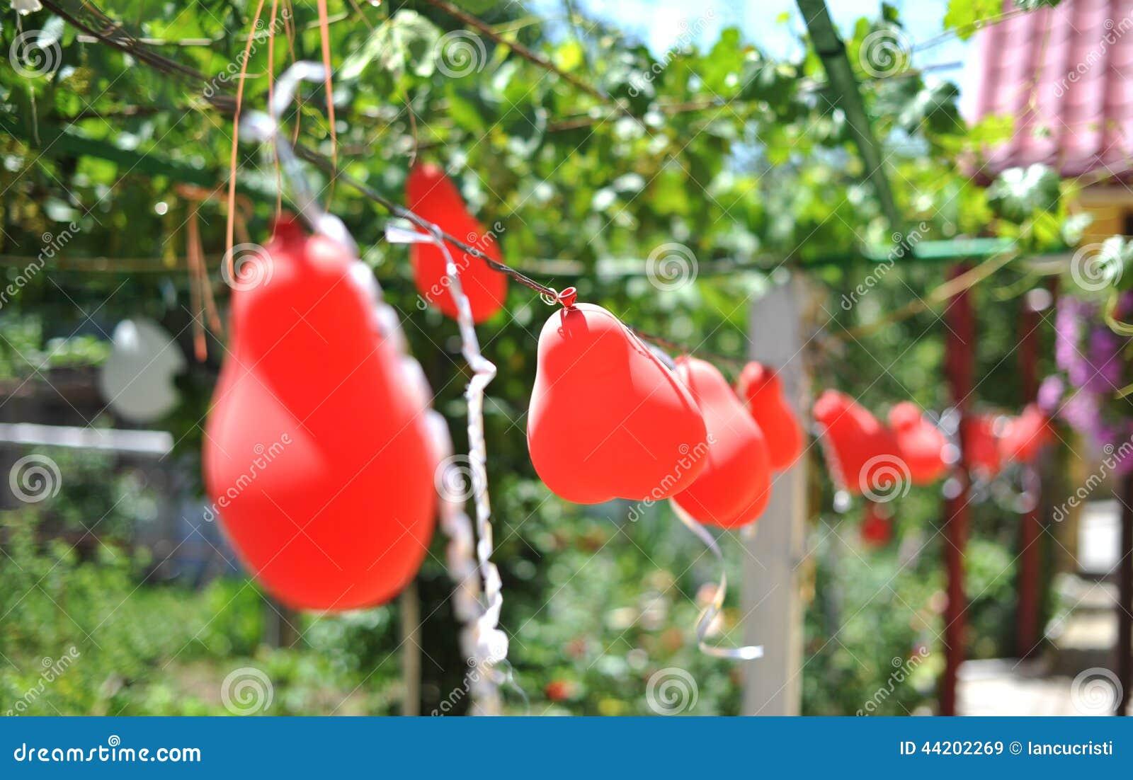 Decoración de la boda con los globos rojos, al aire libre Imágenes de archivo libres