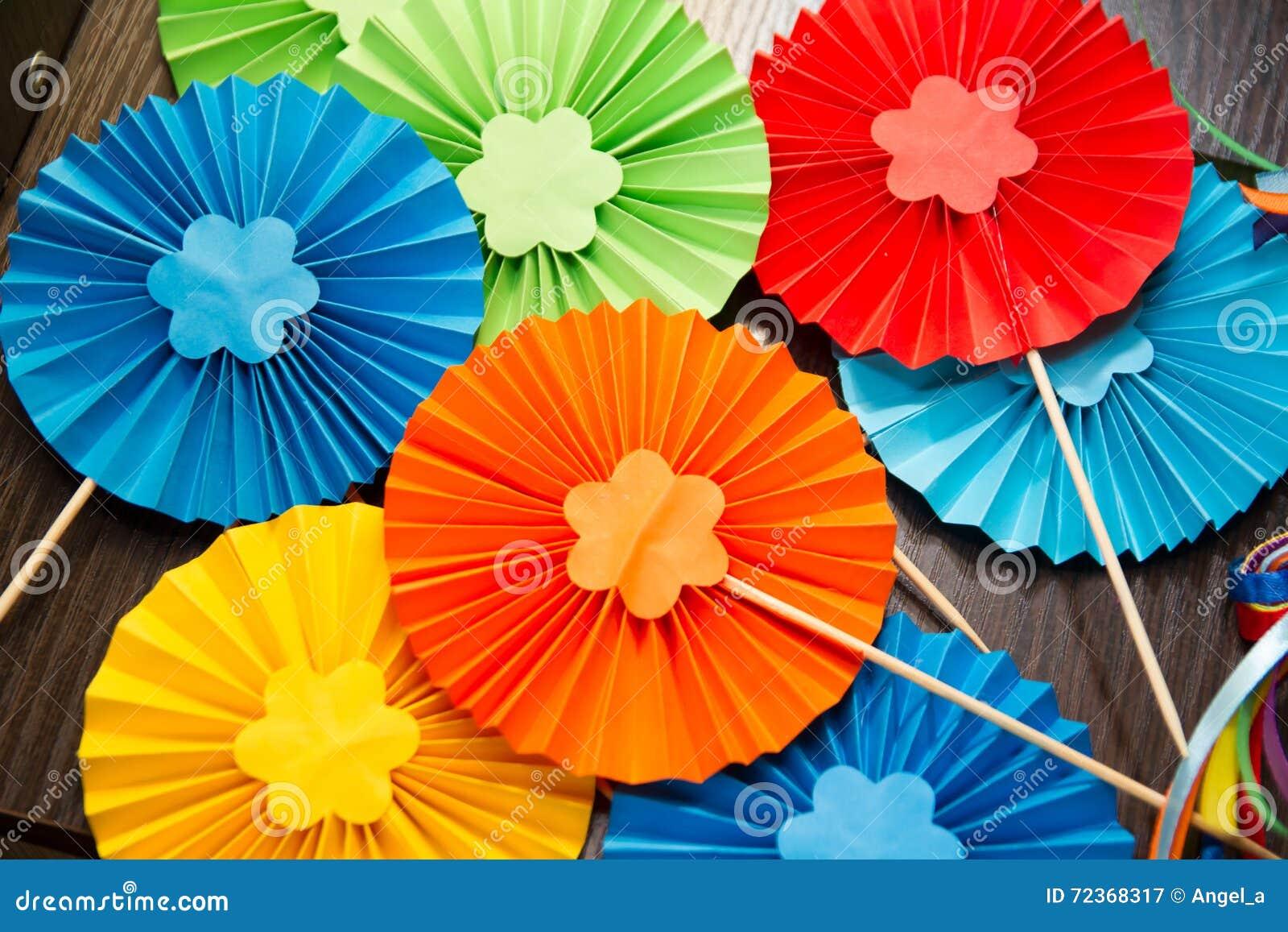 Decoraci n de papel del color del arco iris foto de for Decoracion con cenefas de papel