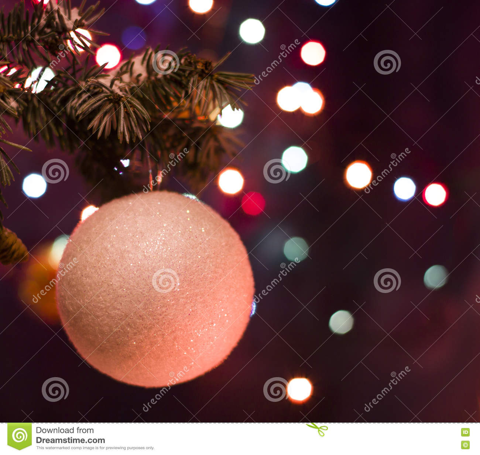 Decoraciones blancas del juguete de la bola en árbol