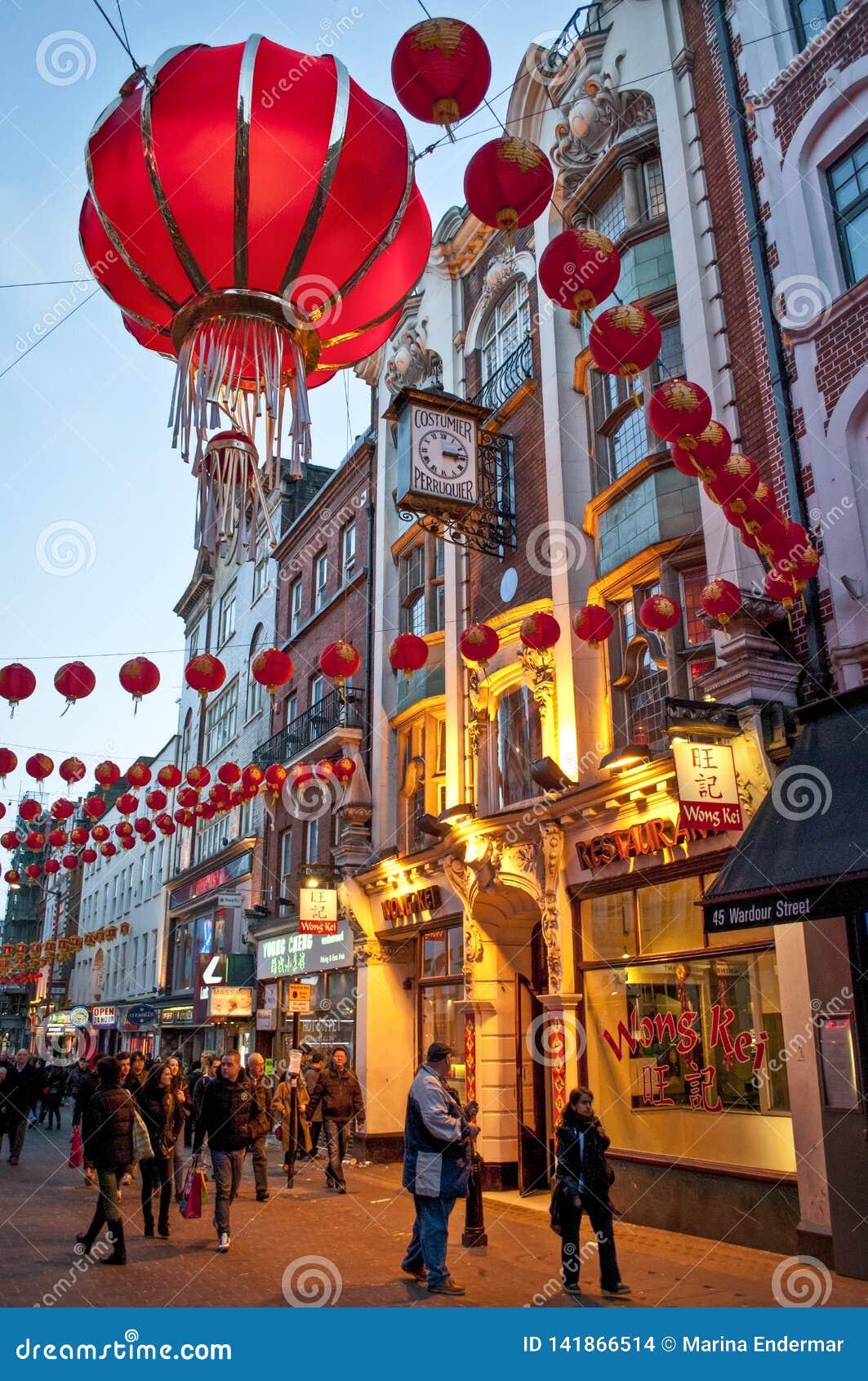 Decoraciones chinas del Año Nuevo en la calle de Wardour, Chinatown, Soho, Londres, WC2, Reino Unido