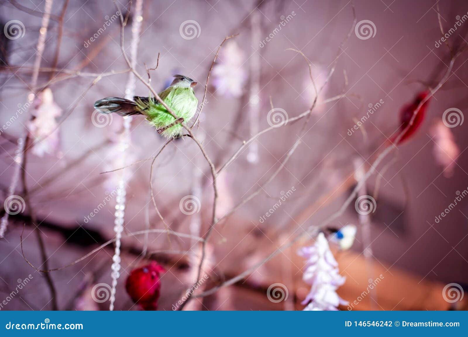 Decoraciones creativas del lugar que se casan con los pájaros que localizan en el árbol
