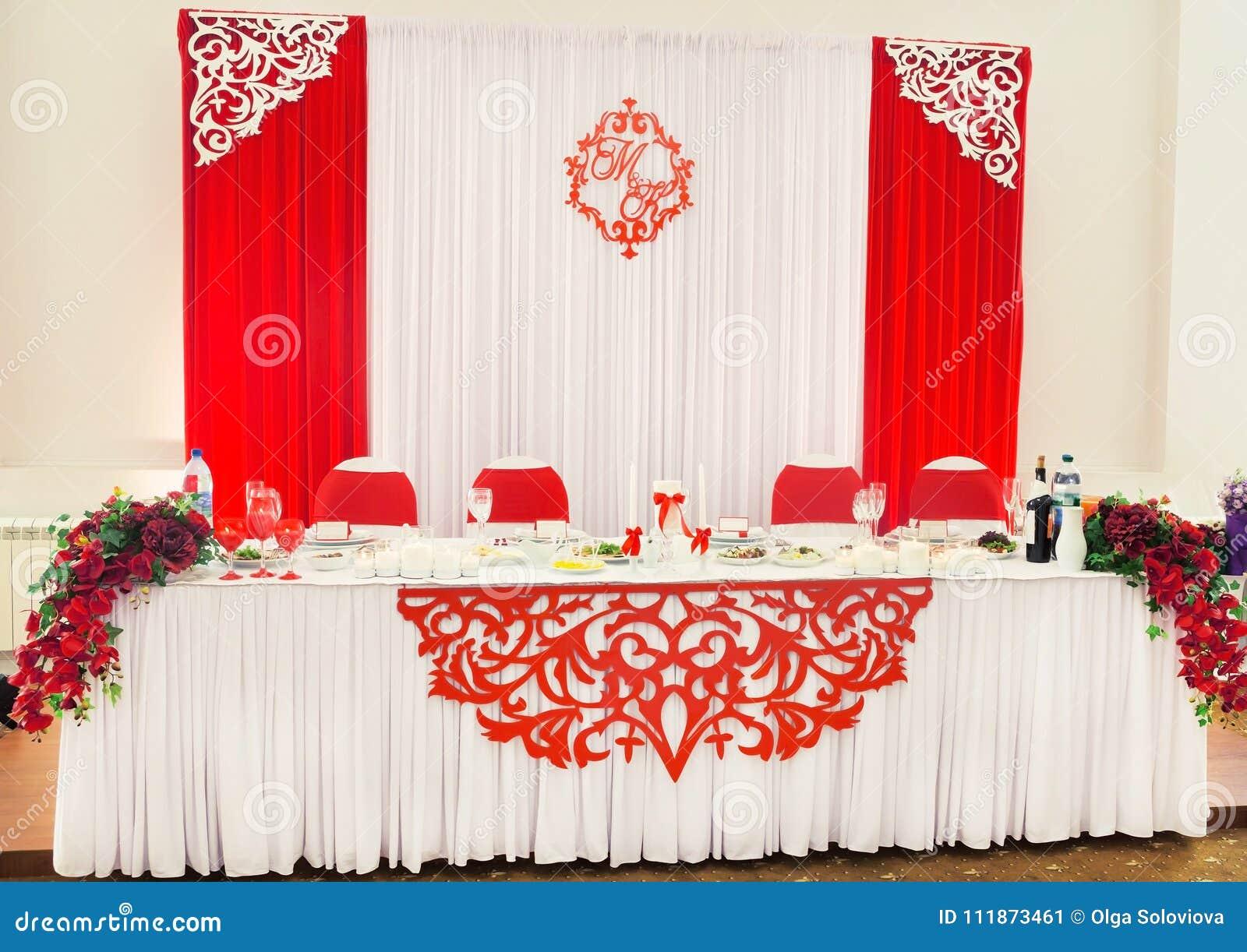 Decoraciones De La Boda Del Color Blanco Y Rojo En La Tabla Para Los