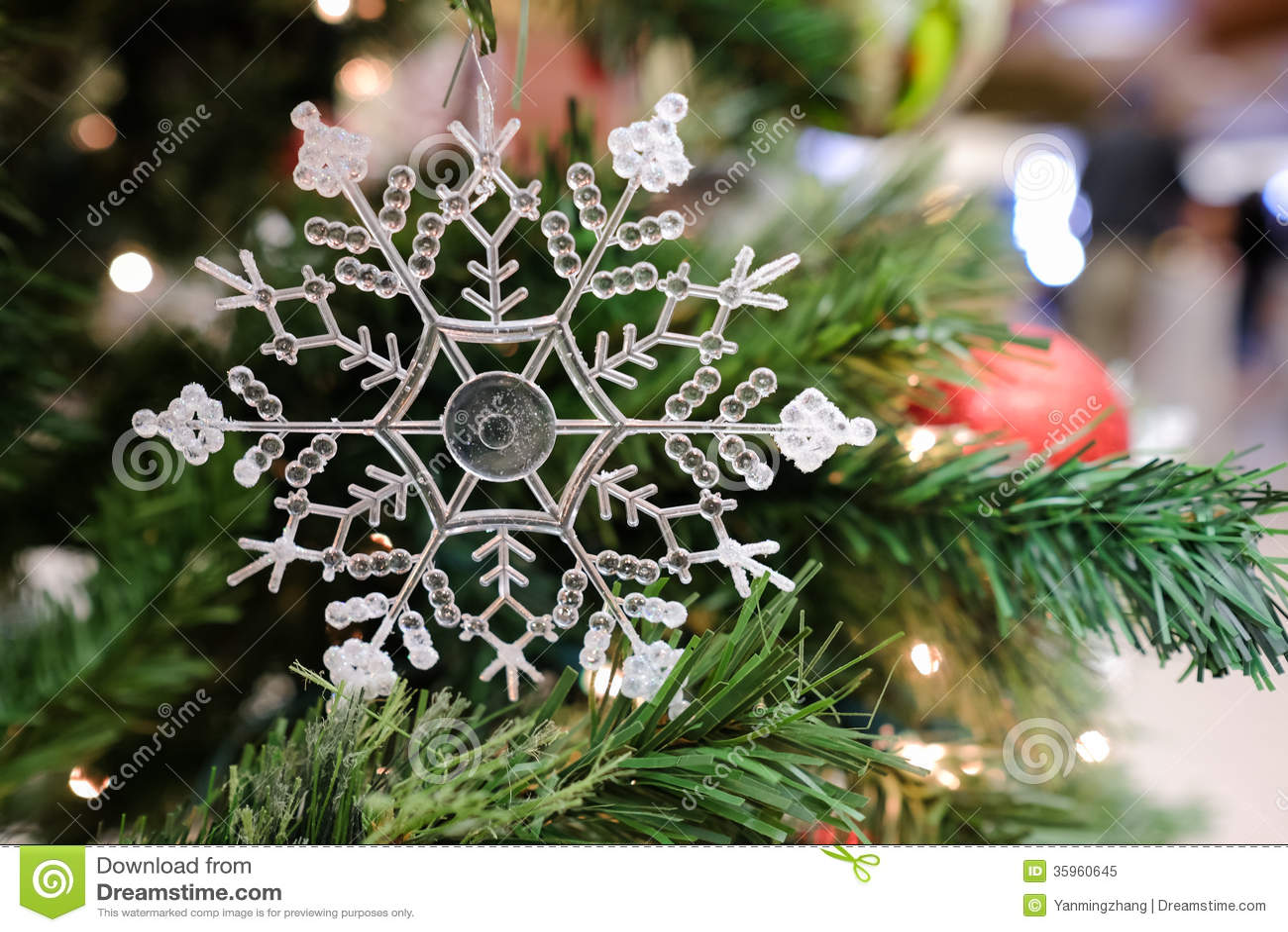 Decoraciones de la Navidad en un árbol