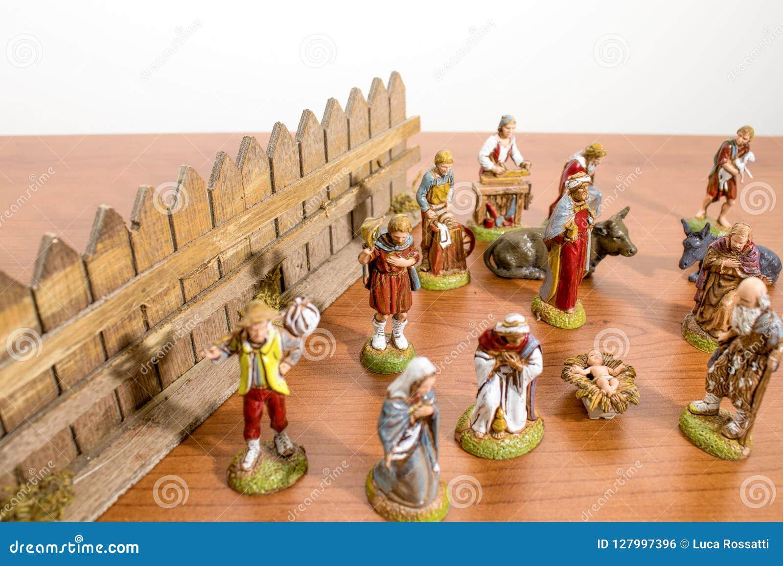 Decoraciones de la Navidad, estatuas de la escena de la natividad en una tabla de madera