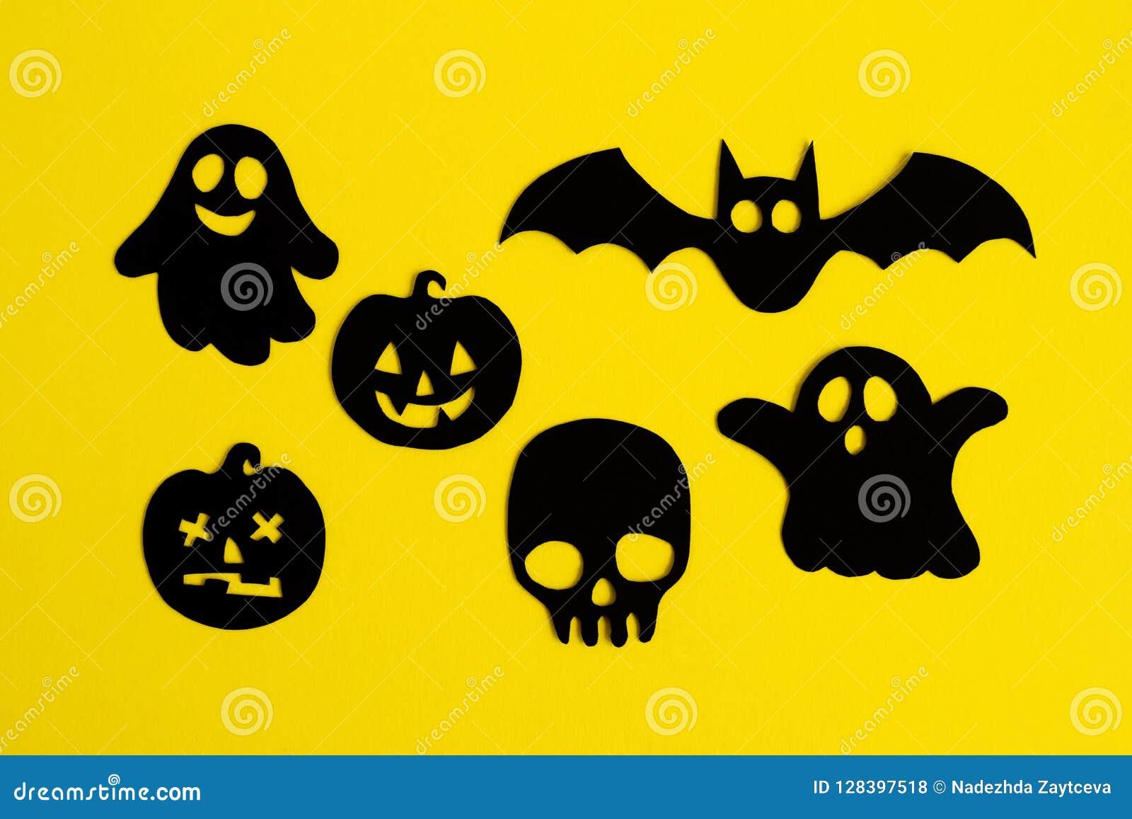Decoraciones Del Día De Fiesta Para Halloween Fantasmas Calabazas Cráneo Y Palo De Papel Negros En Un Fondo Amarillo Visión Su Foto De Archivo Imagen De Fondo Objeto 128397518