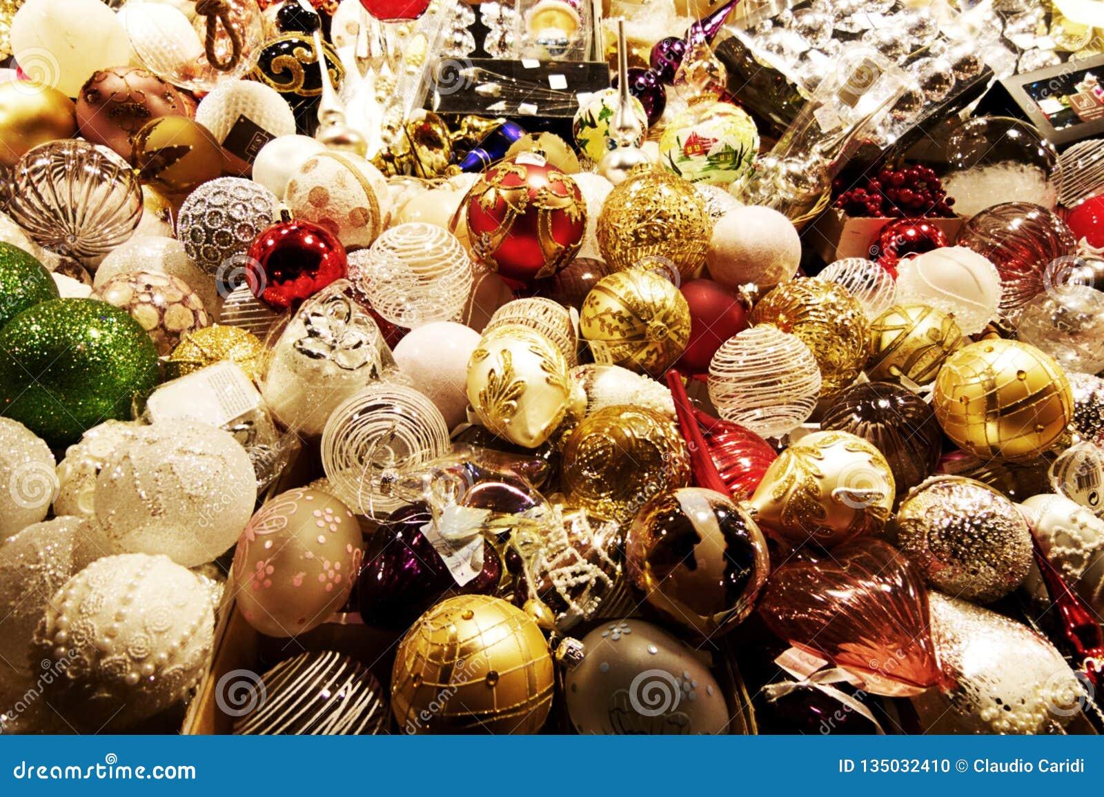 Decoraciones hechas a mano tradicionales para el árbol de navidad en los mercados de la Santa Lucía, Bolonia