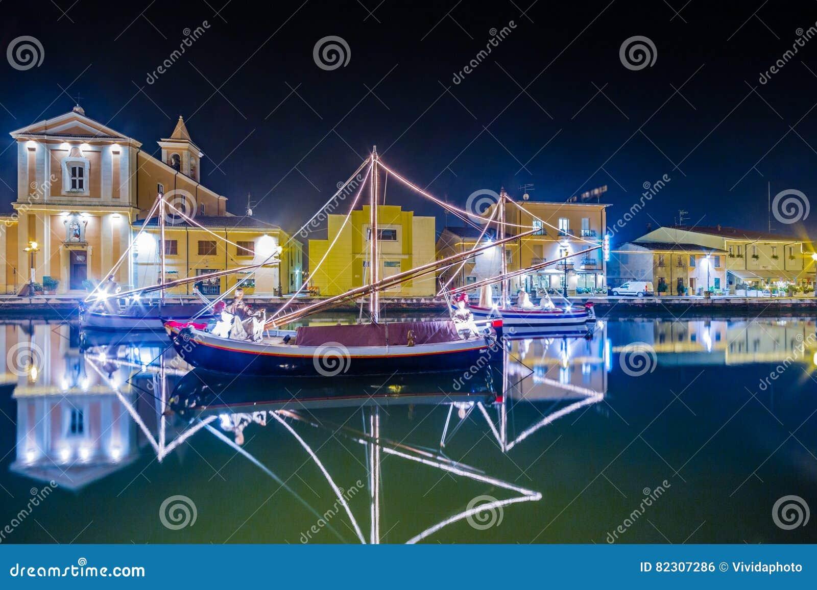 Decoraciones, luces y Marine Crib de la Navidad