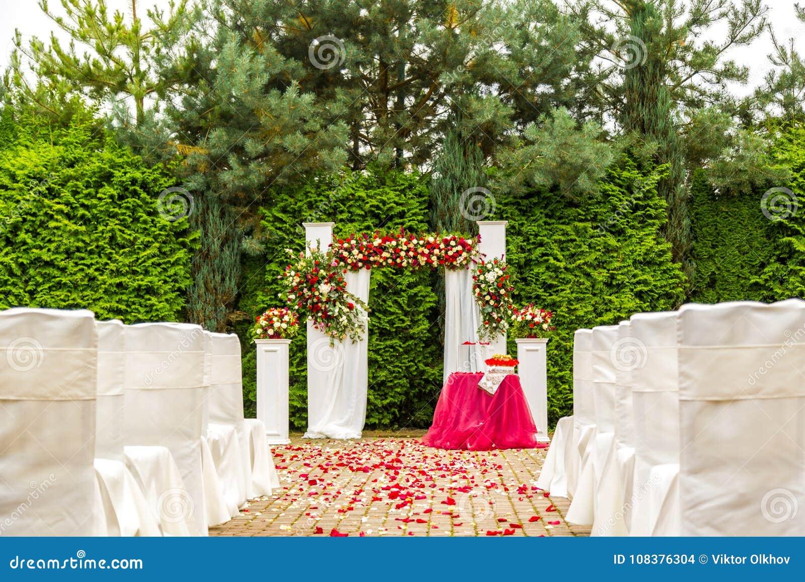 Decoraciones Para La Ceremonia De Boda De Rosas Rojas Y Blancas Foto De Archivo Imagen De Belleza Estacional 108376304