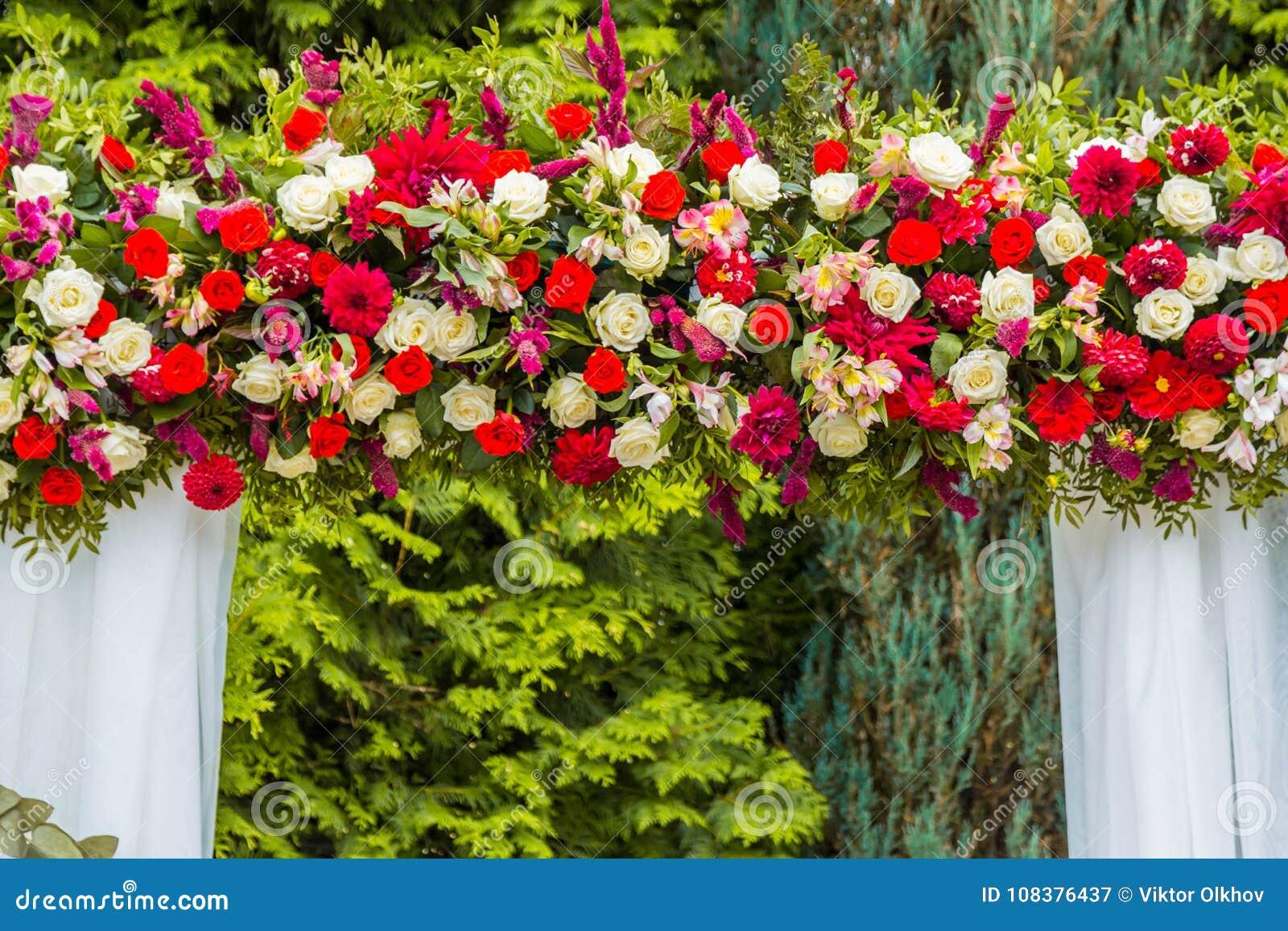 Decoraciones Para La Ceremonia De Boda De Rosas Rojas Y Blancas Imagen De Archivo Imagen De Hermoso Romance 108376437