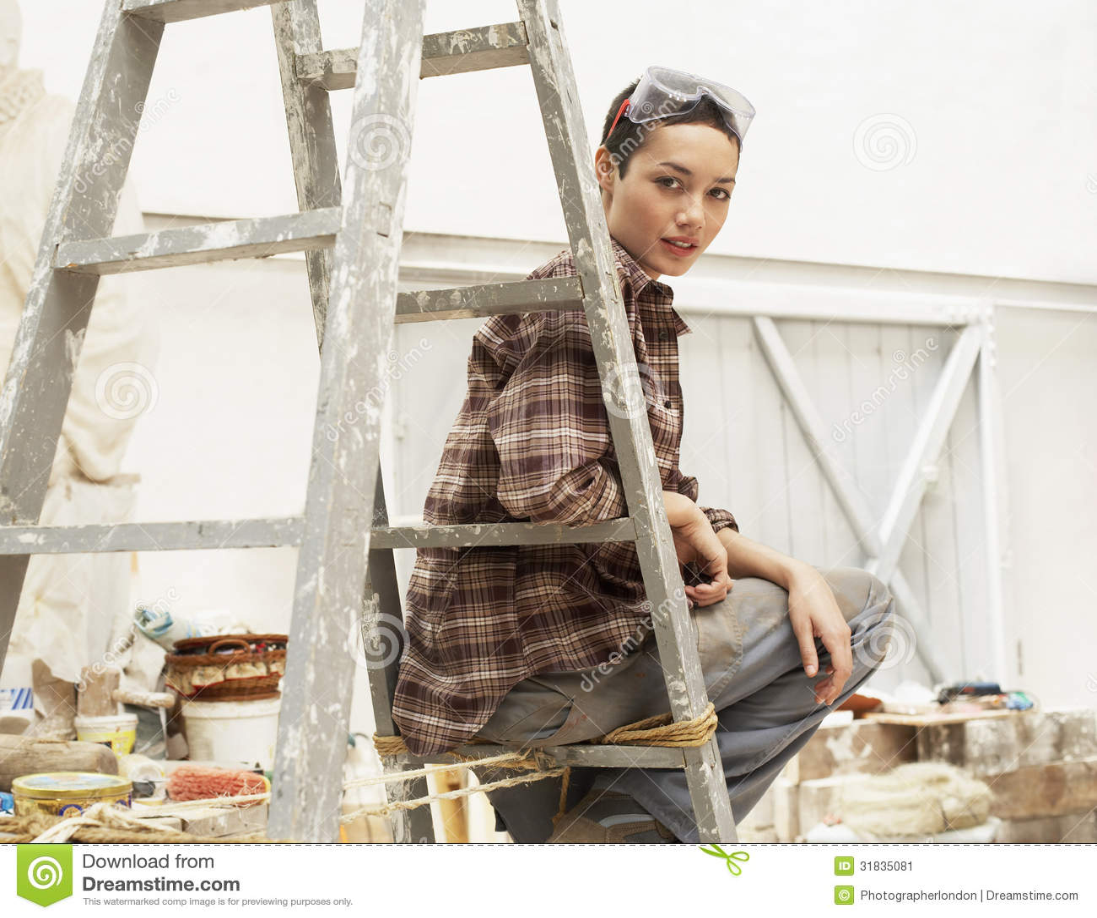 Decorador de interiores de sexo femenino que se sienta en - Decorador virtual de interiores ...