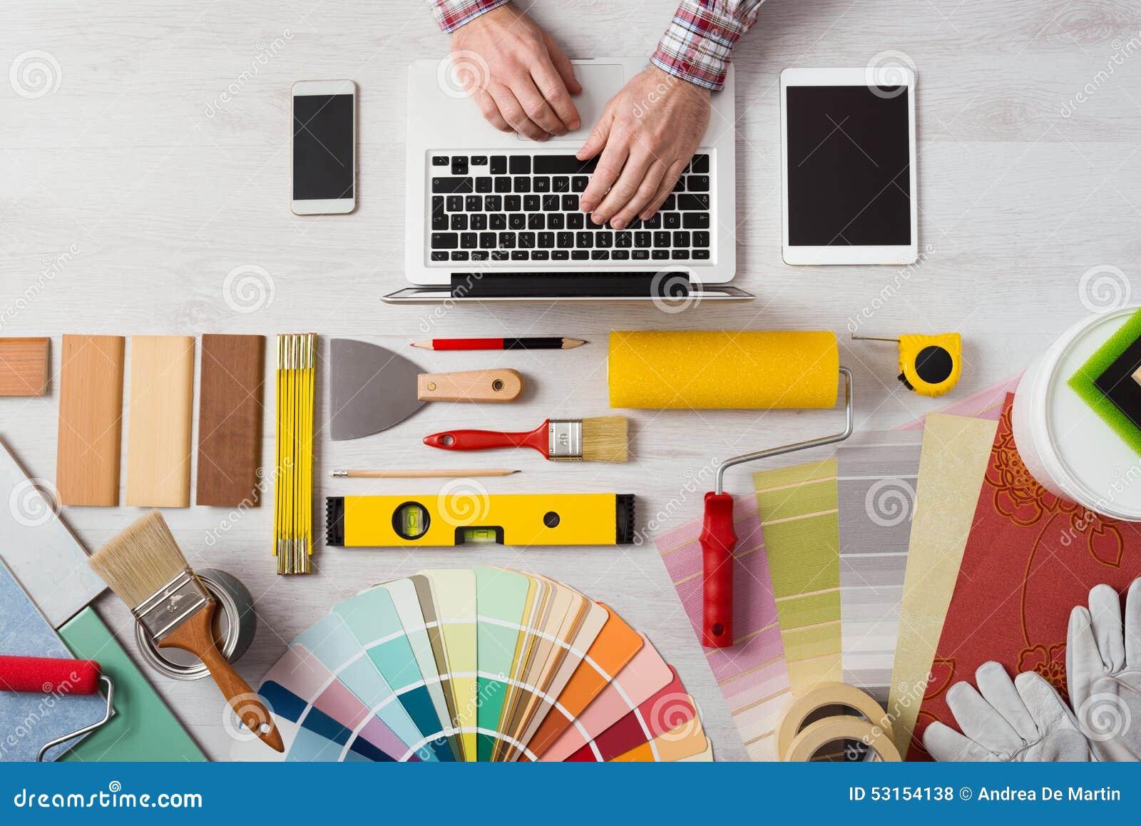 Decorador profesional que trabaja en el escritorio