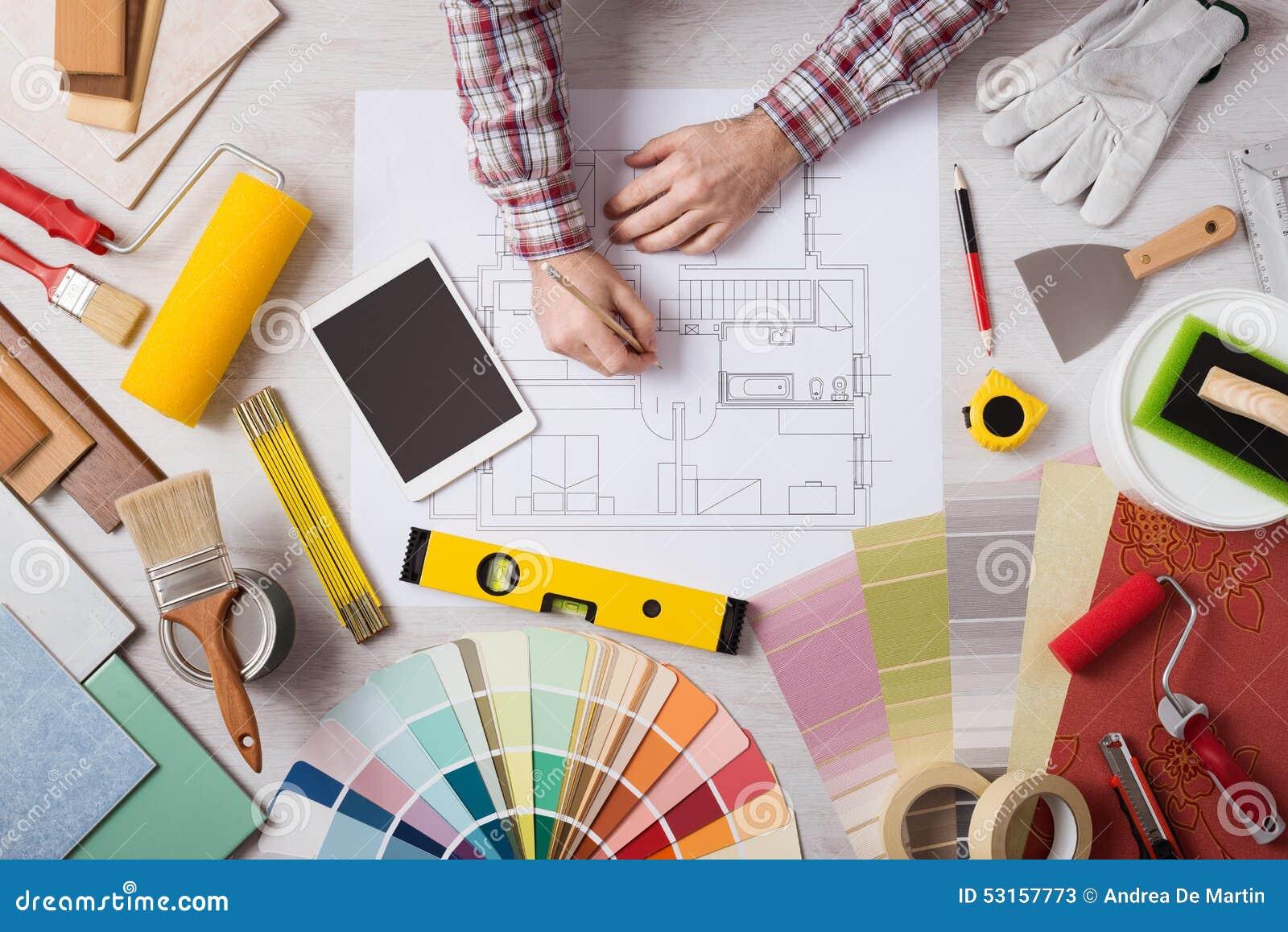 Decorador profissional que trabalha na mesa foto de stock for Decorador de fotos