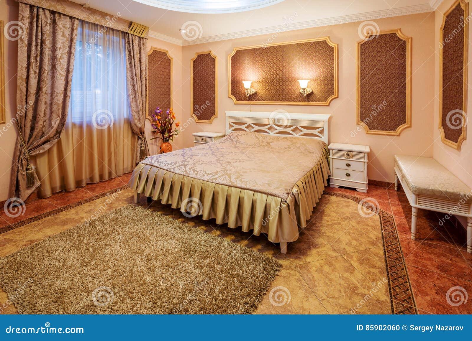 Decoratie en meubilair in moderne slaapkamer stock foto
