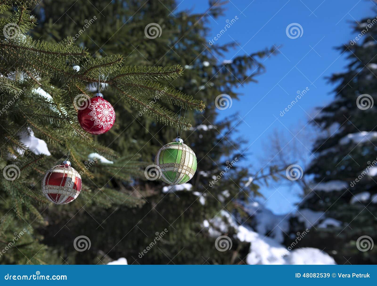 Decoratie op spar in het bos stock afbeelding afbeelding 48082539 - Decoratie foto ...