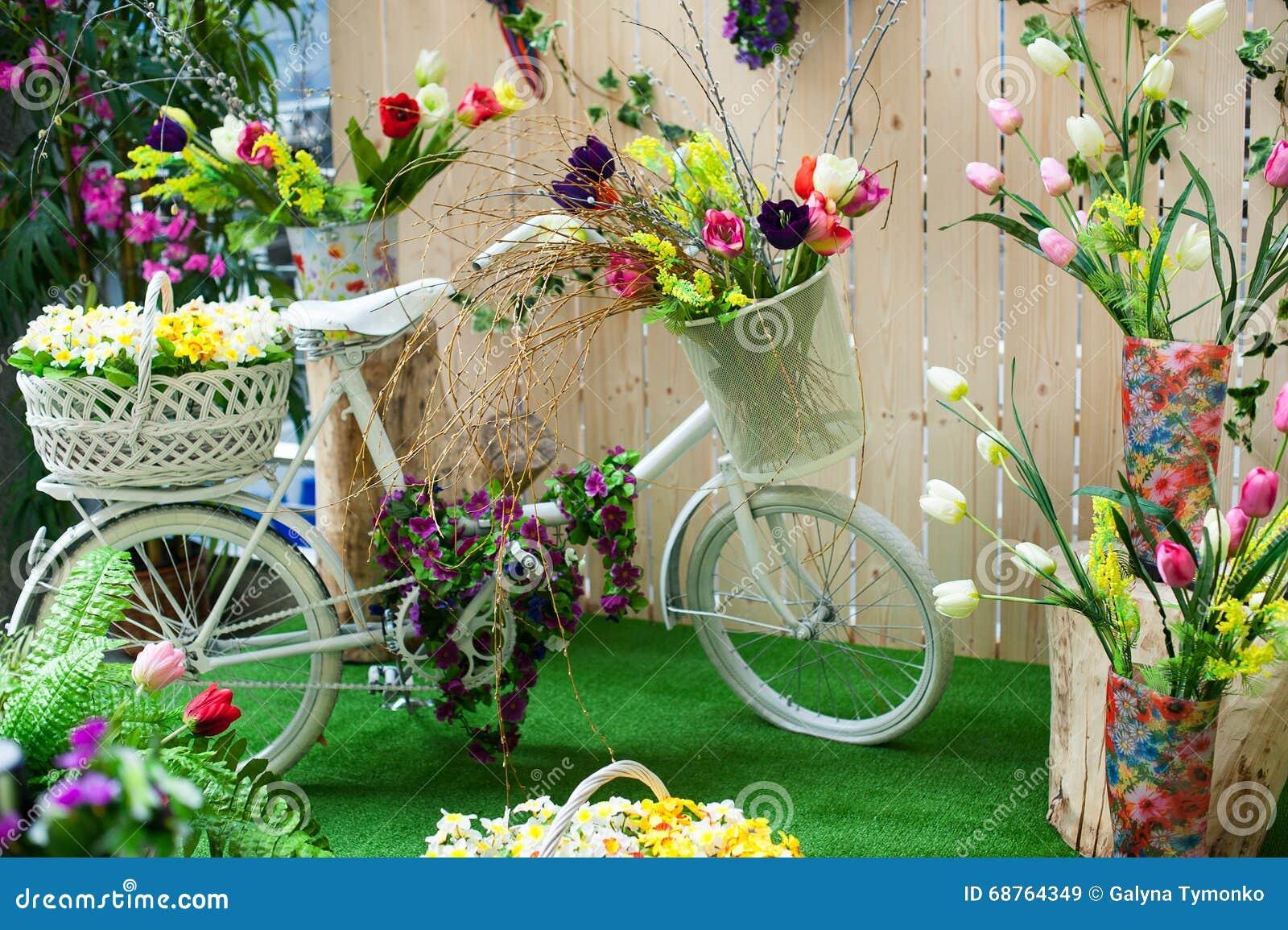 Decoratie van bloemen in de studio en de witte fiets stock