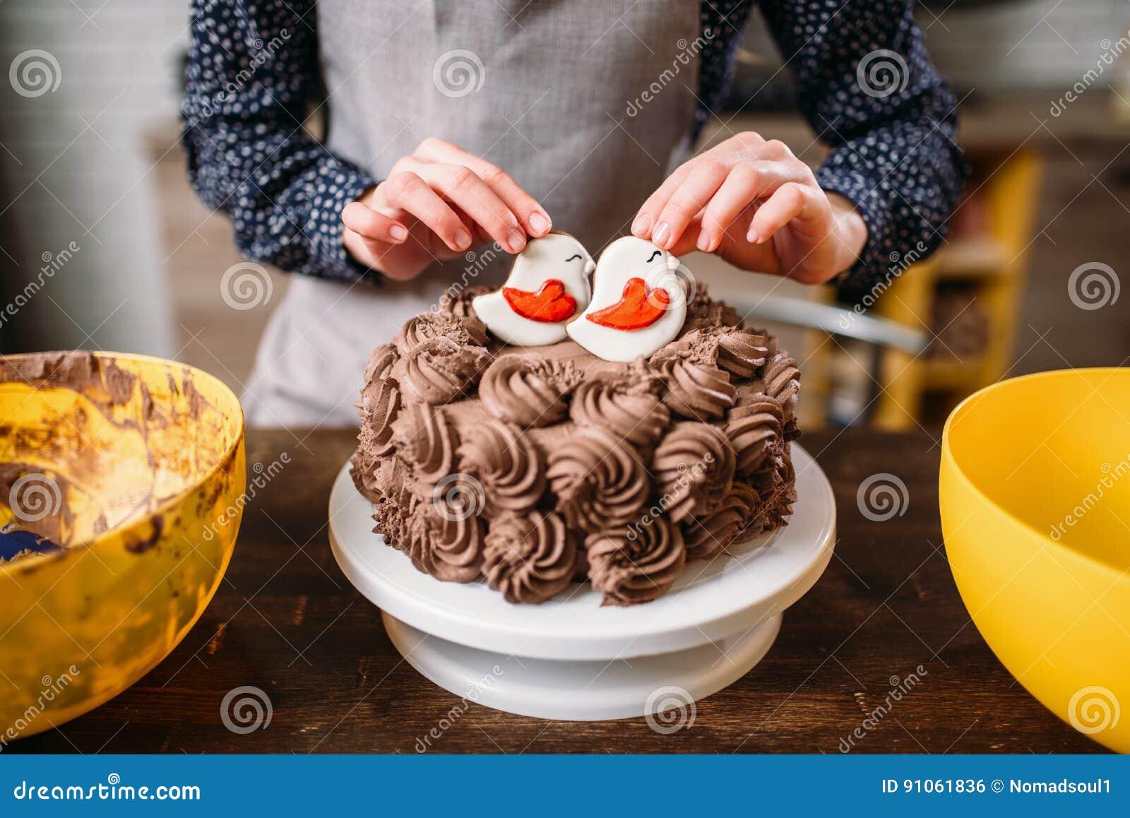 Decoratie van chocoladecake met koekjes in glans
