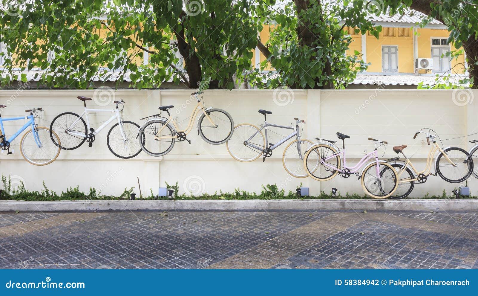Decoratie van fietsen op concrete muur stock foto afbeelding 58384942 - Tuin decoratie buitenkant ...