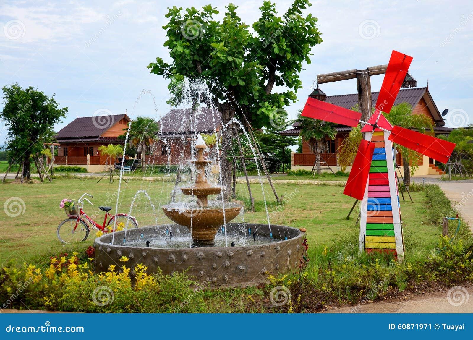 Decoratie van het tuinieren speldwiel of windmolen en fontein in ga stock afbeelding - Decoratie van het interieur ...