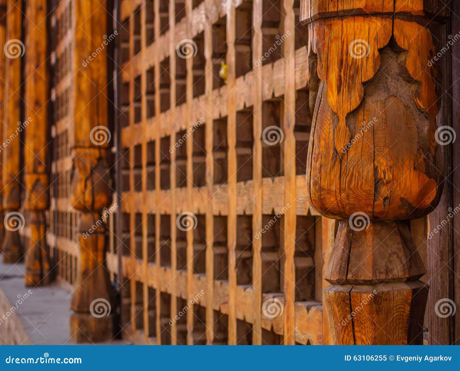 Decoratief gesneden houten rooster op het oude venster in Boukhara, Oezbekistan